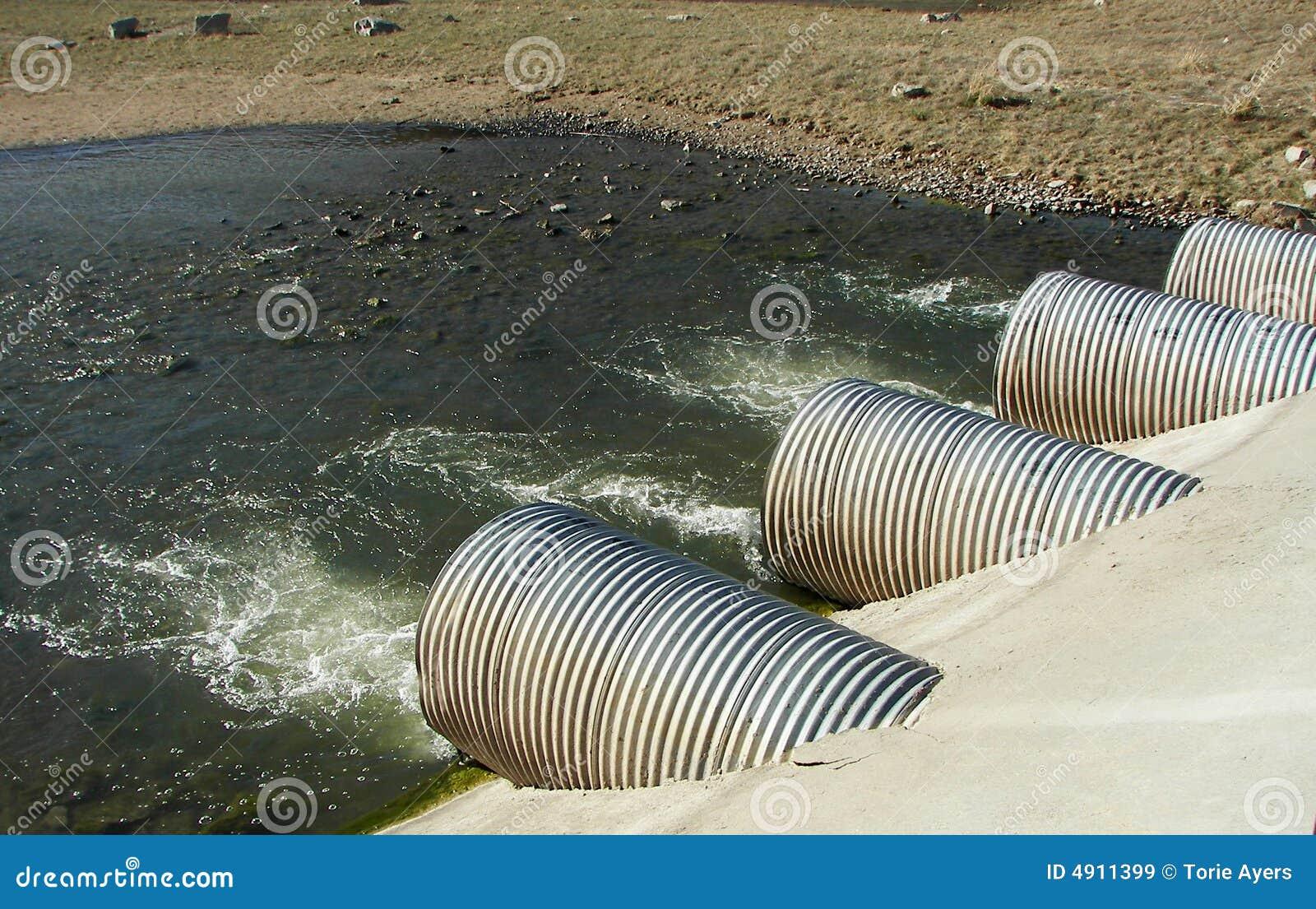 Tubos del drenaje en una central eléctrica
