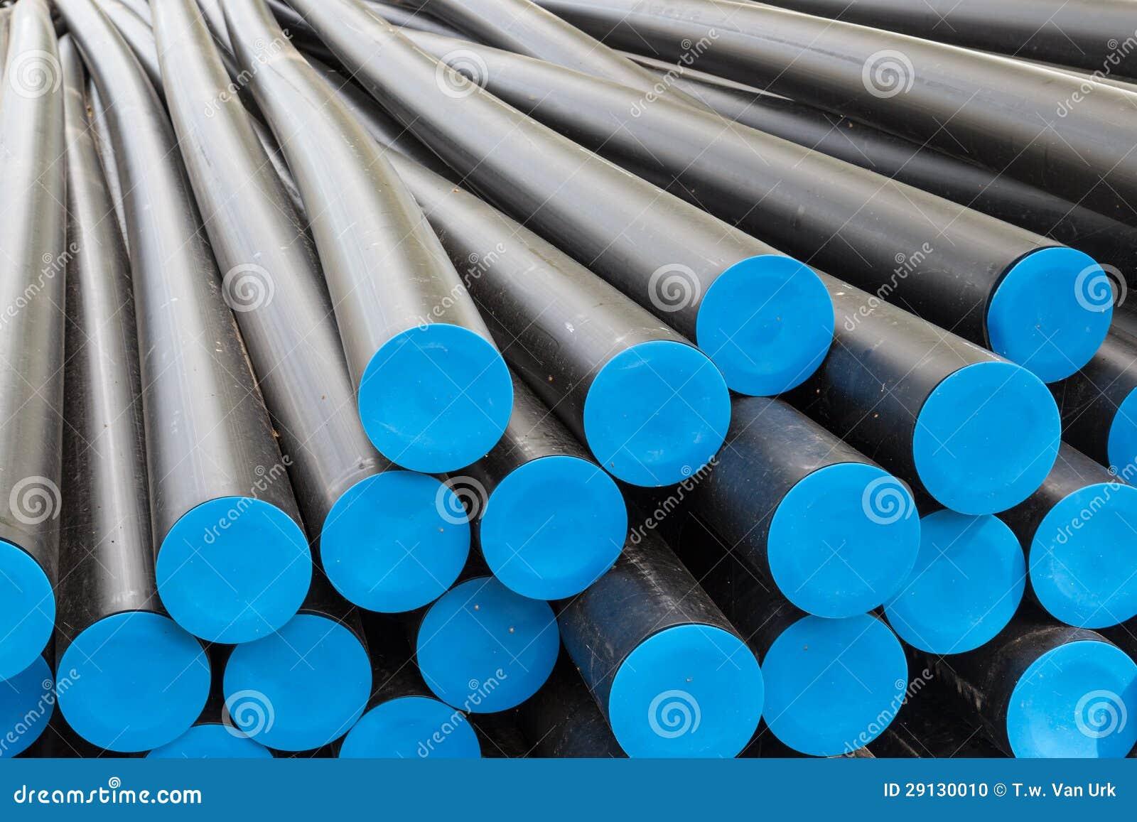 Tubos plásticos grandes antes de cables de la electricidad