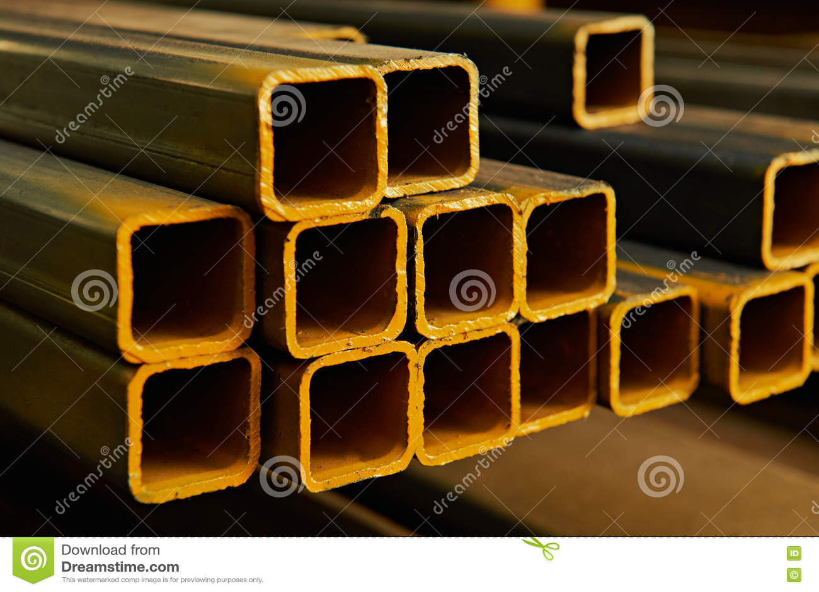 Tubos quadrados amarelos do metal