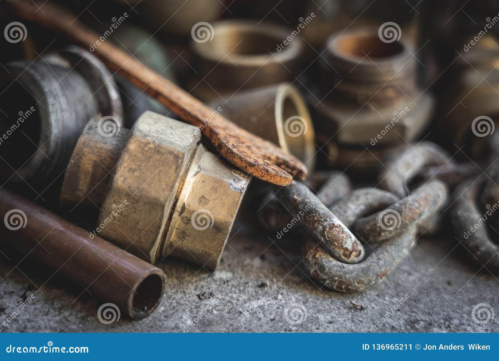 Tubos viejos, piezas, llave oxidada Garaje y vintage, concepto retro