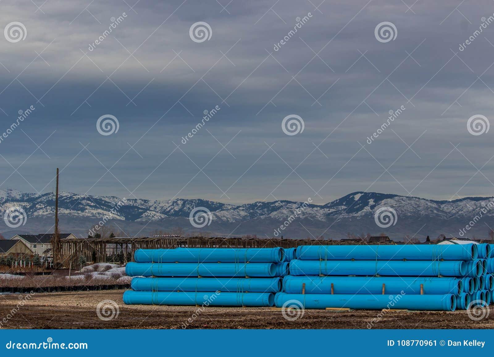 Tubulação de dreno encenada para a construção de estradas do inverno em Boise Idaho