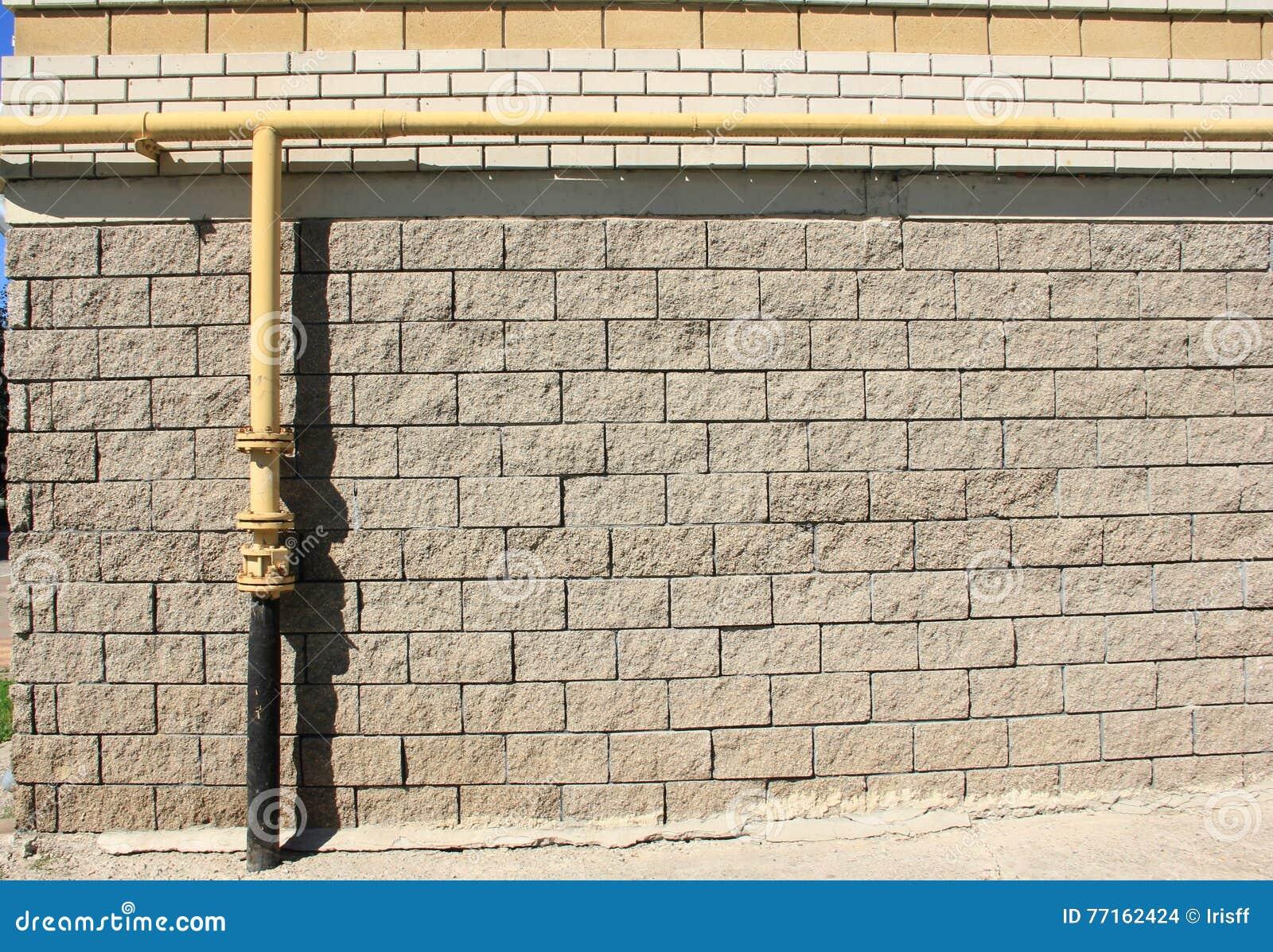 Tubulação de gás em uma parede de tijolo