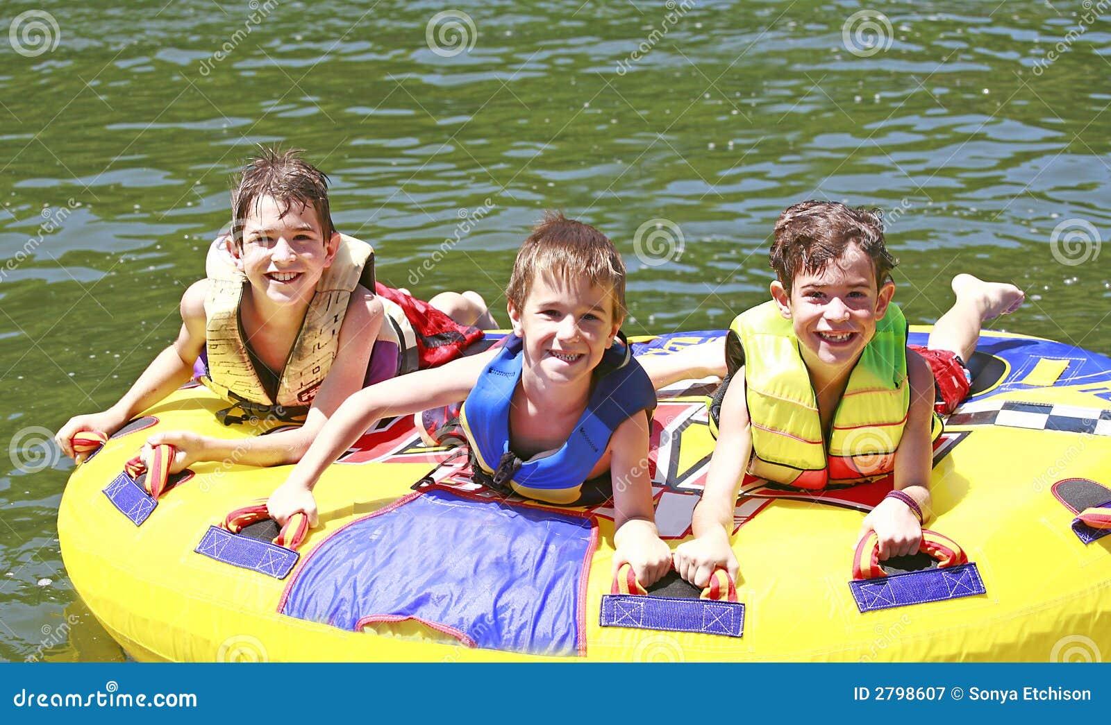 Tubulação de três meninos