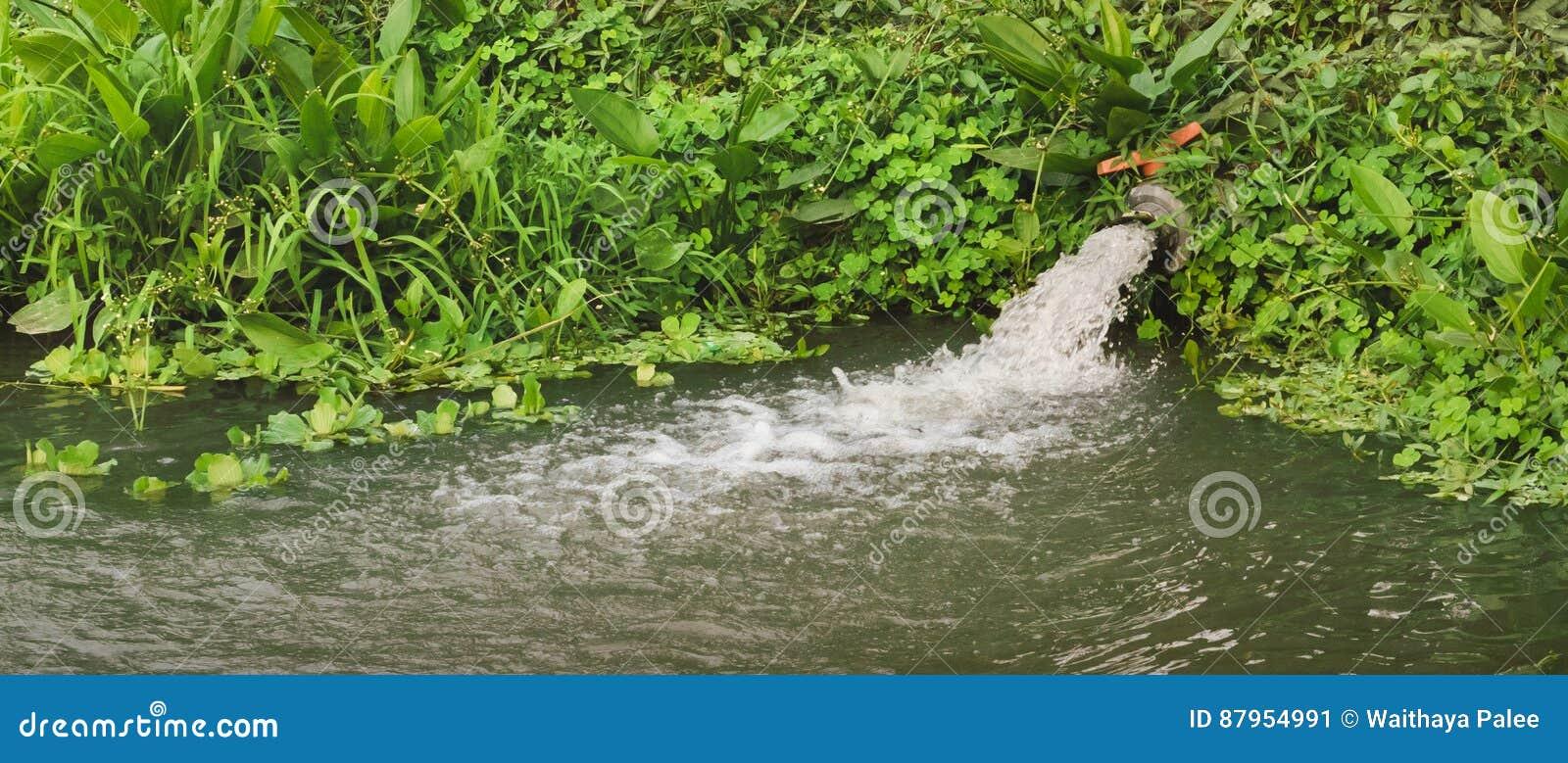 Tubulação escoando das águas residuais