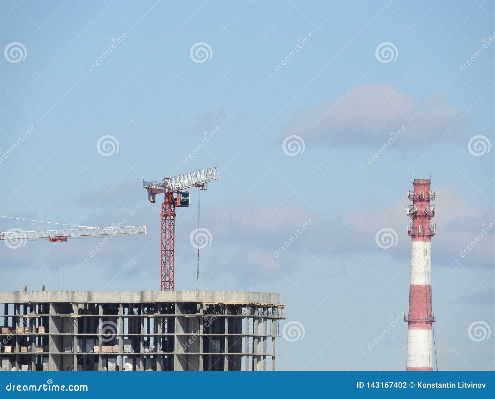 Tubulação industrial do tijolo velho vermelho e branco no fundo do céu azul A imagem velha do conceito da indústria Ecologia, ren
