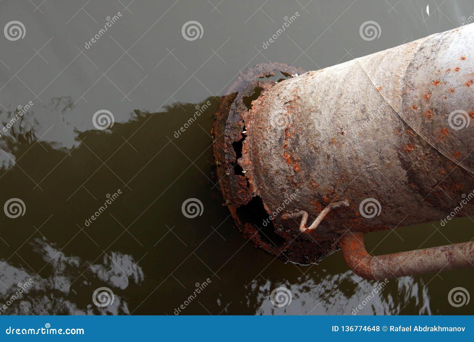 Tubulação oxidada da bomba de água na água