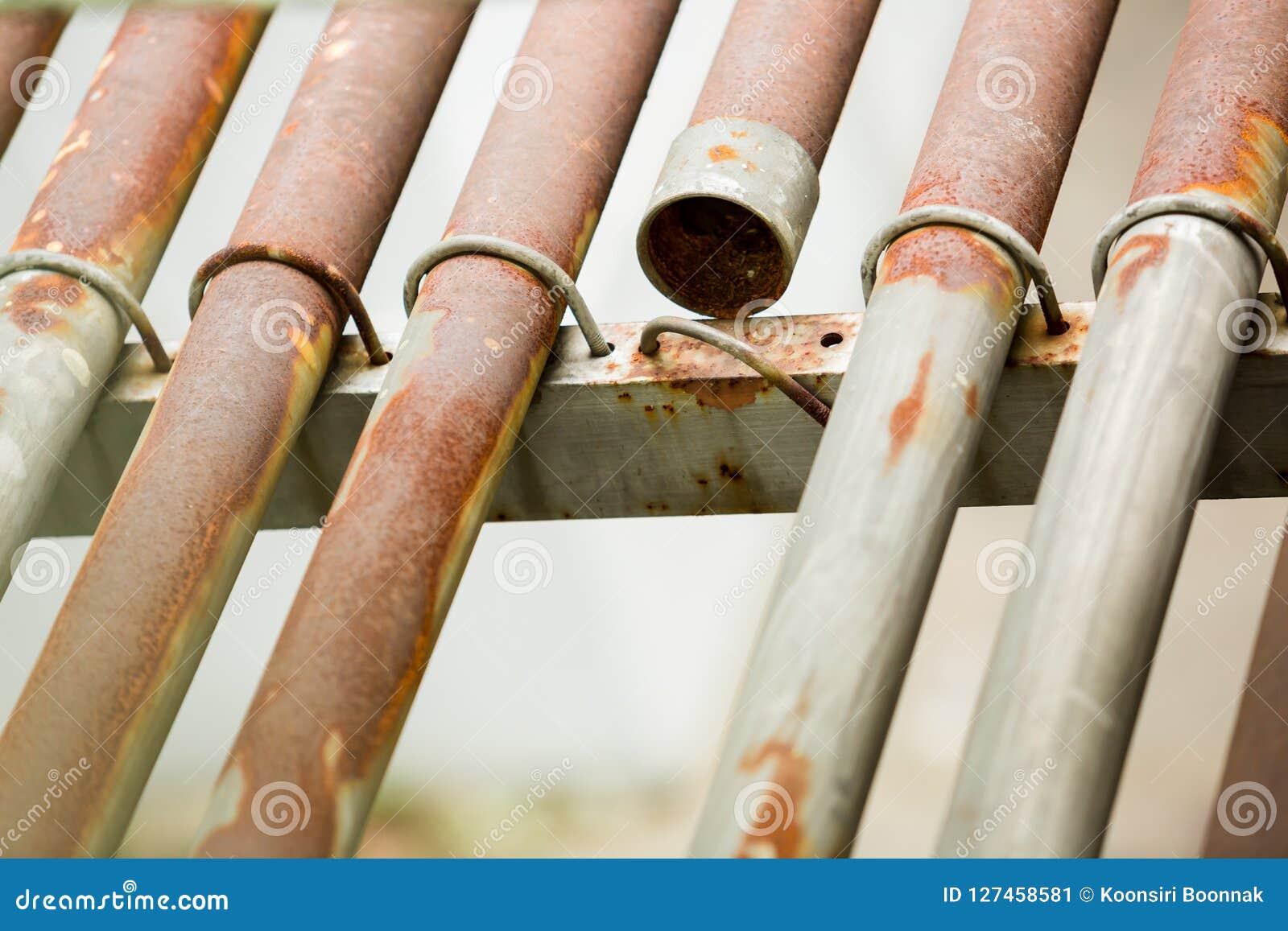 Tubulação oxidada do metal para o cabo elétrico