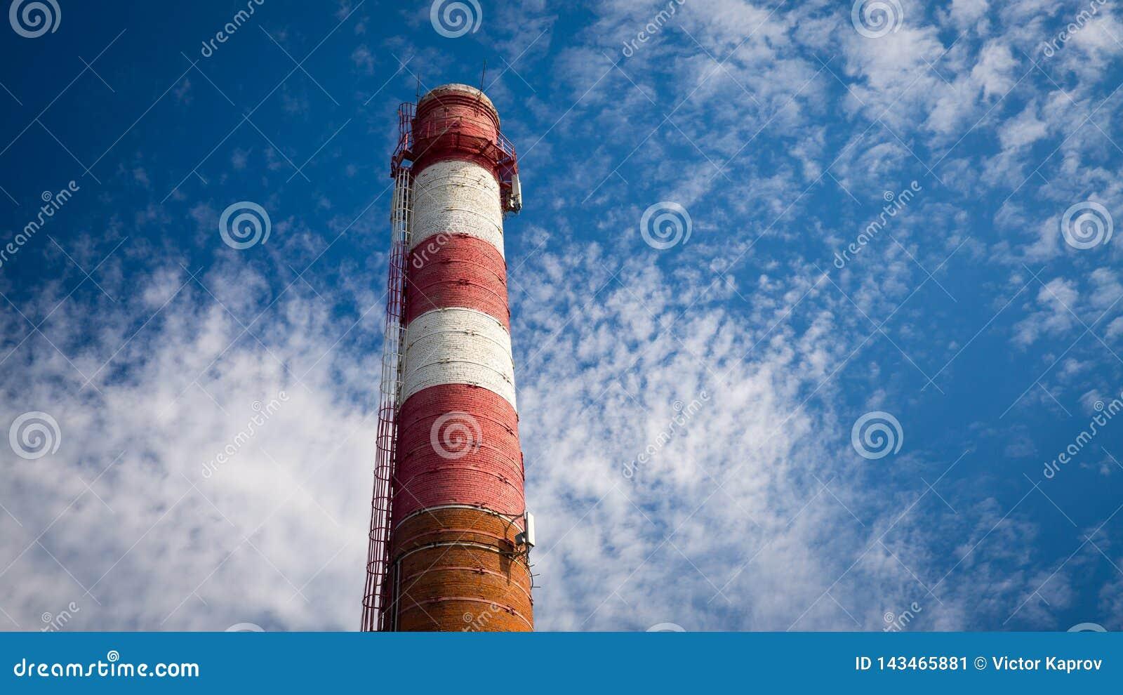 Tubulação vermelha velha no fundo do céu azul