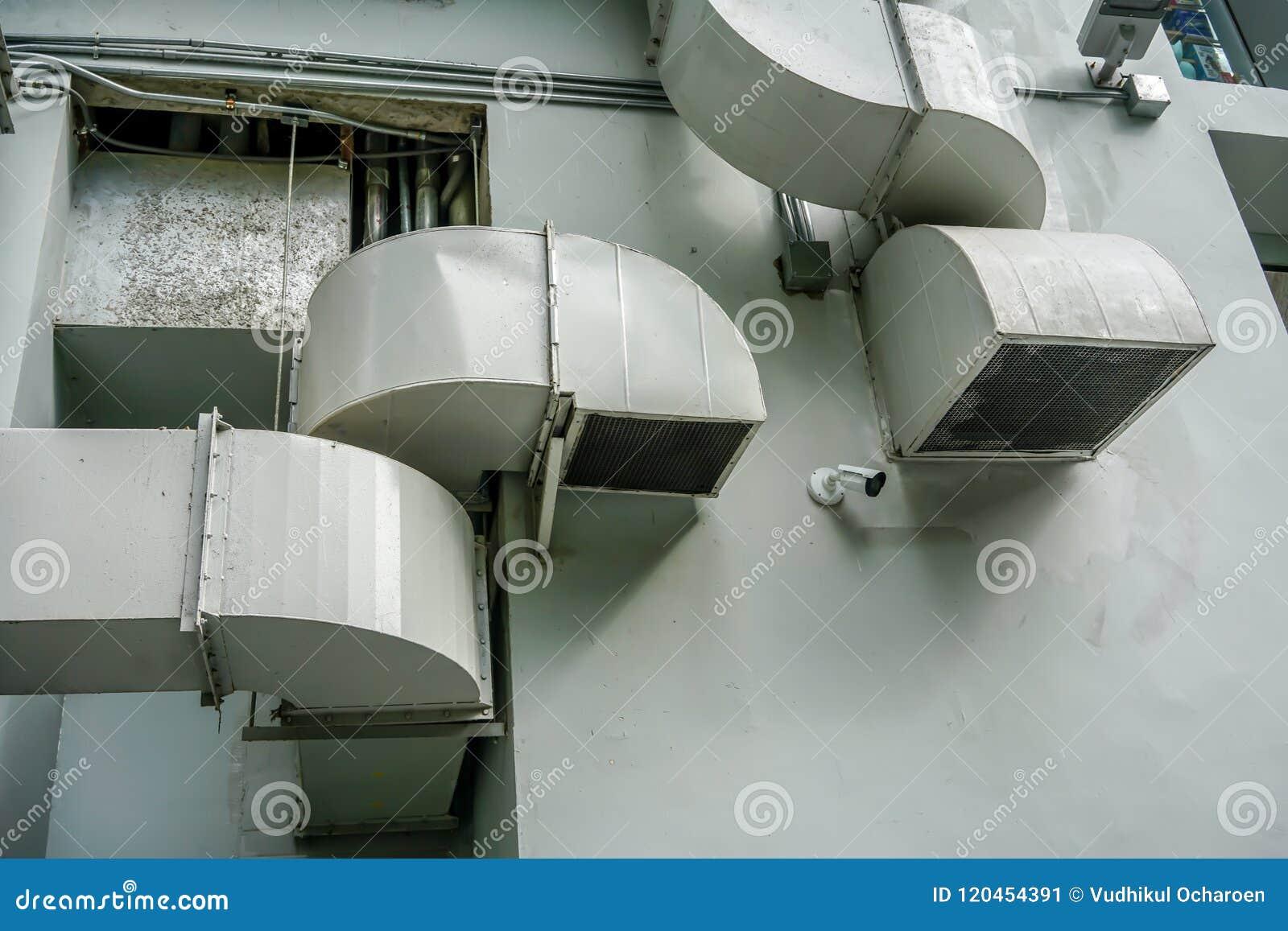 Tubulações da ventilação do ar na parede fora da construção