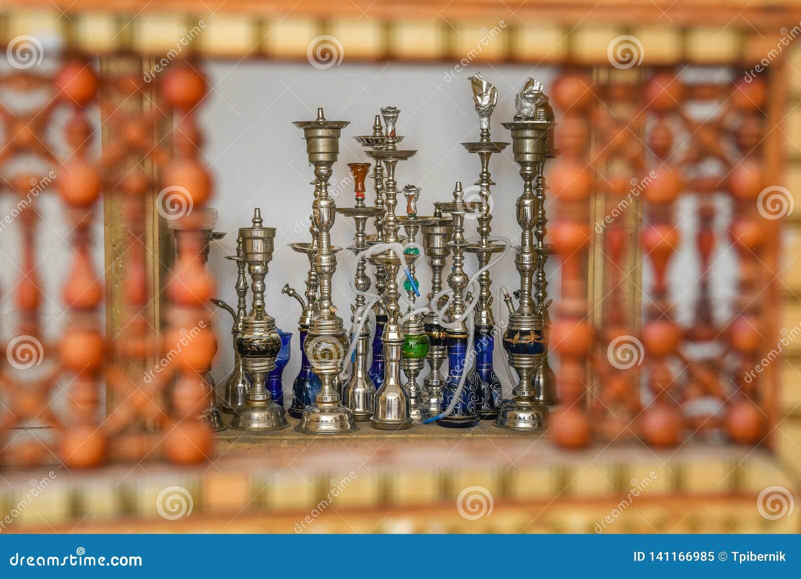 Tubulações de fumo de Shisha através mão de madeira vermelha oriental da janela crafted da parede