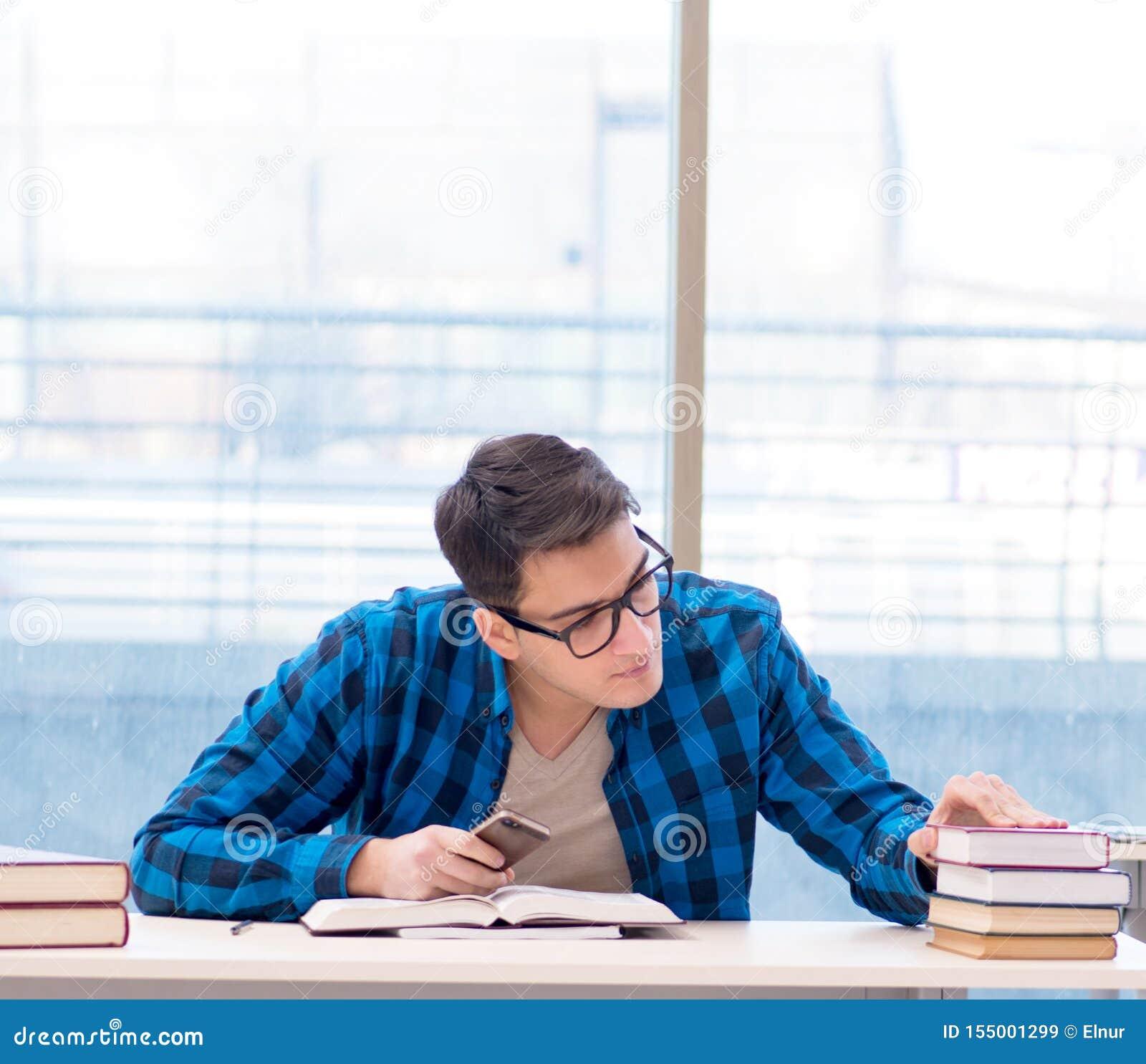 ?tudiant ?tudiant dans la biblioth?que vide avec le livre se pr?parant ? ex