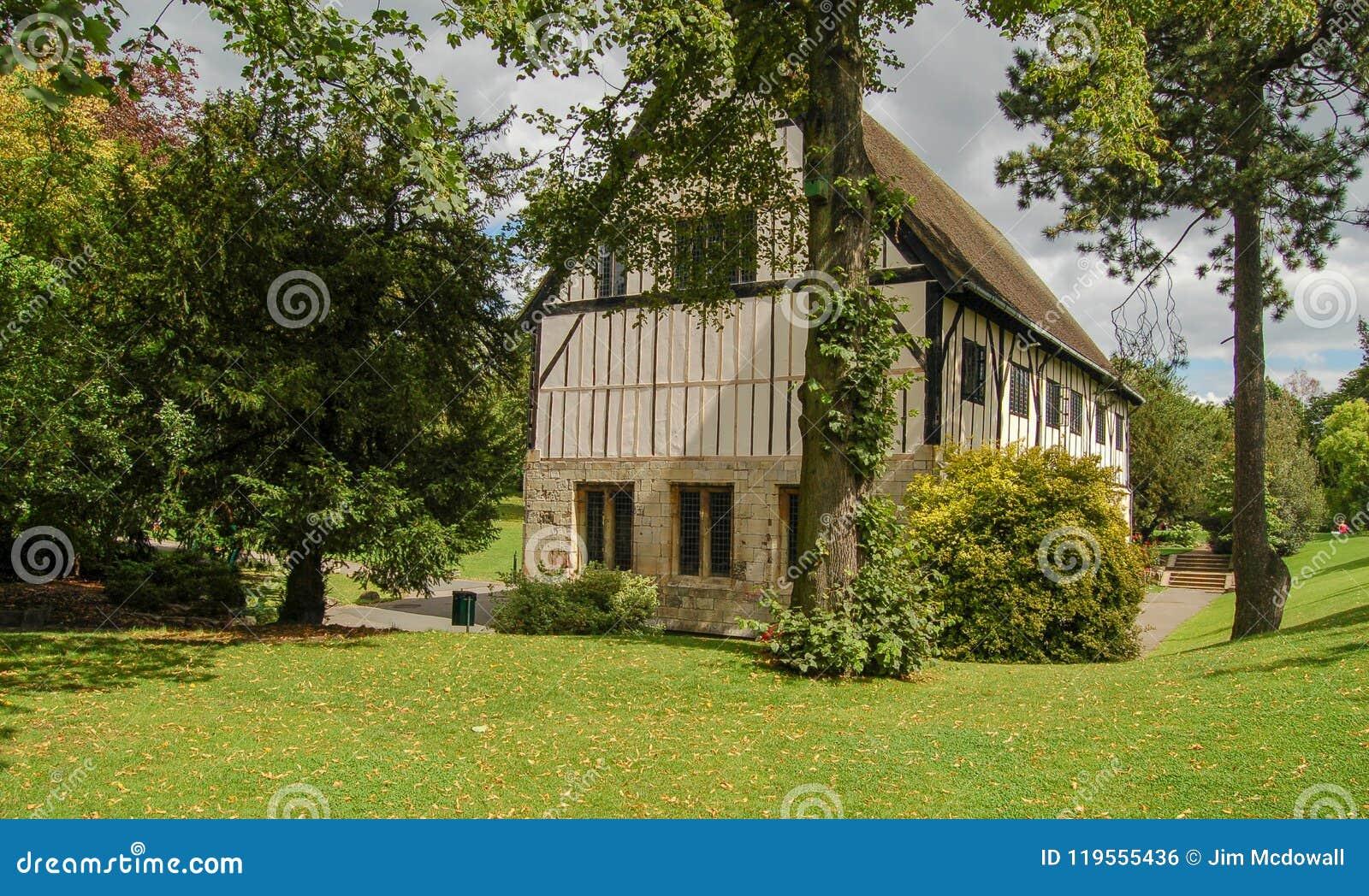 Tudor Styled English House a placé dans les jardins mûrs