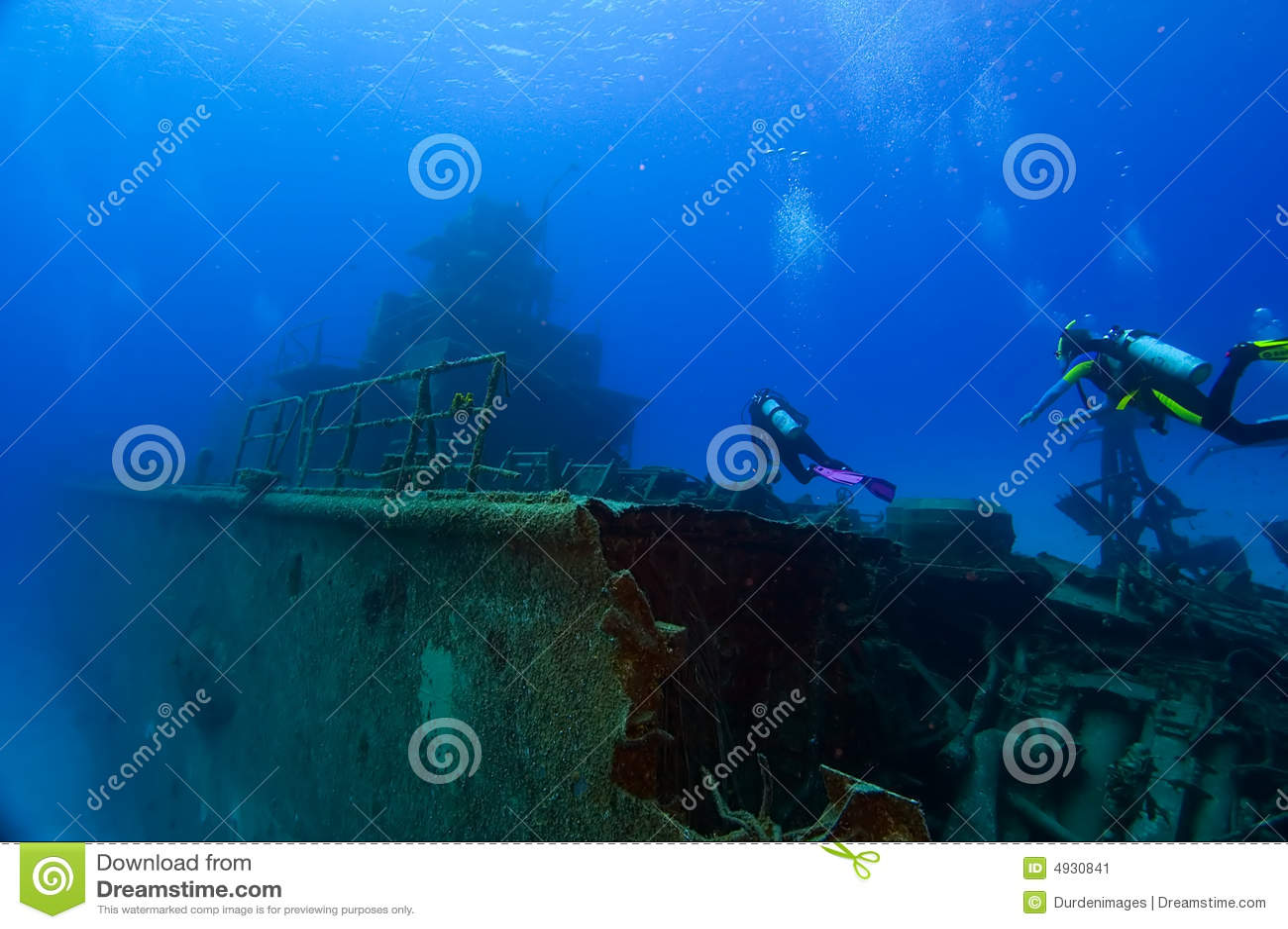 Tuffandosi su un naufragio