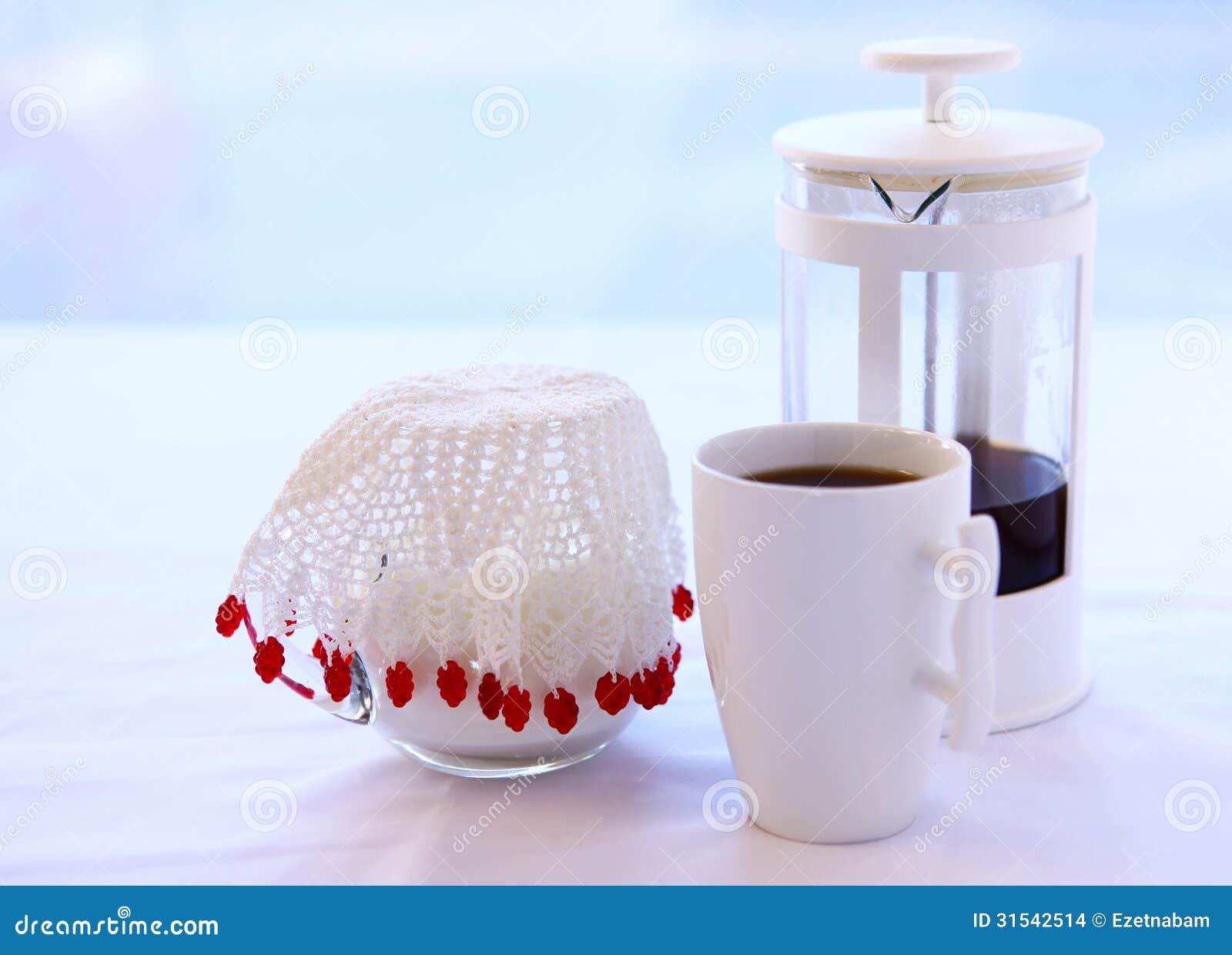 Tuffatore del caffè e brocca di latte