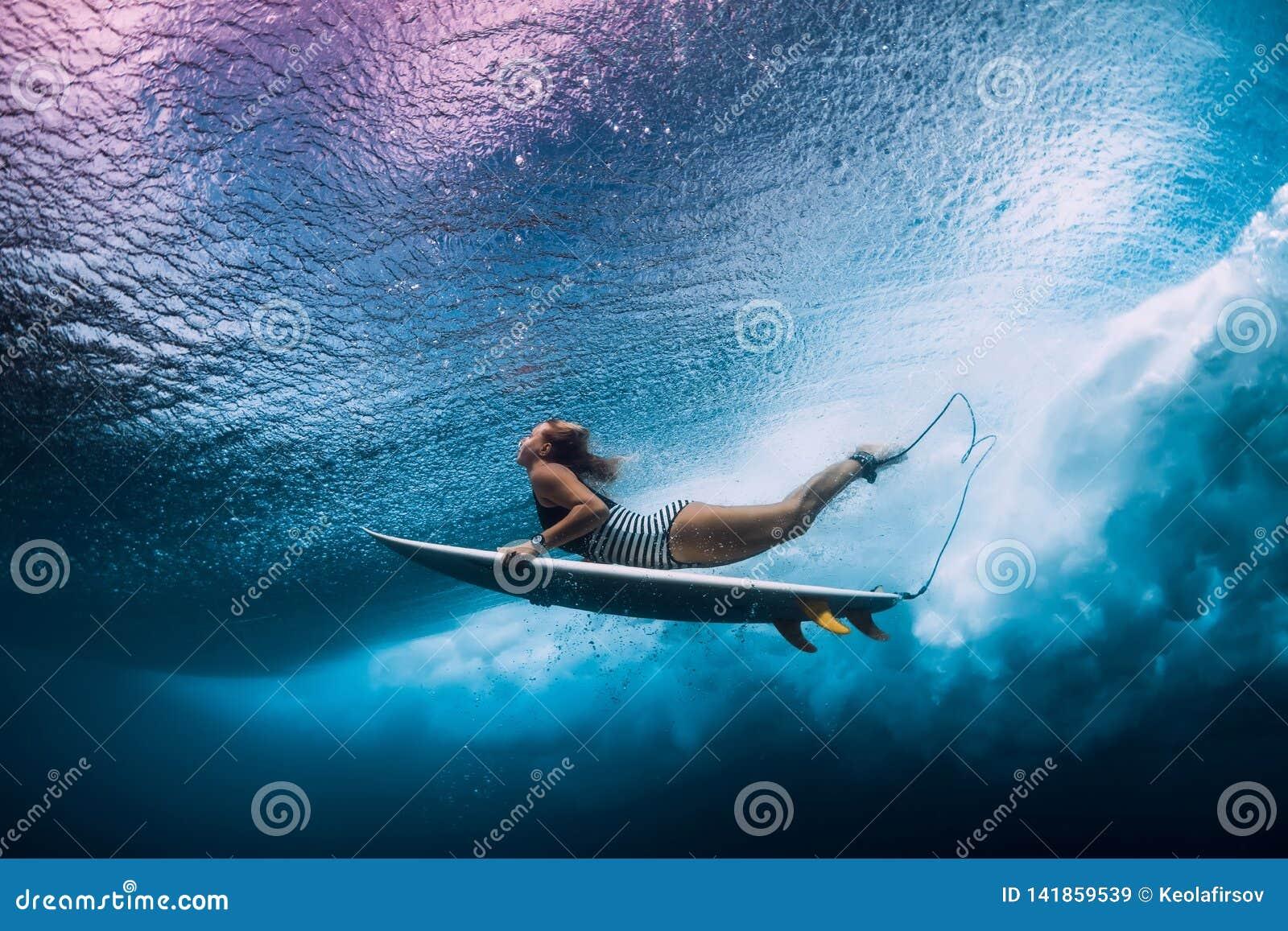 Tuffo della donna del surfista subacqueo Tuffo di Surfgirl sotto l onda