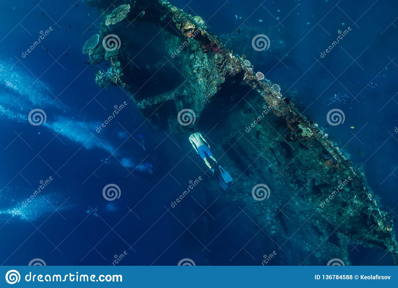 Tuffo libero dell uomo dell operatore subacqueo al naufragio, subacqueo