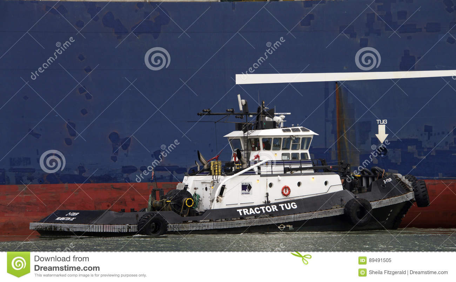 Tugboat ζ-ΤΕΣΣΕΡΑ βοηθώντας ελιγμός του CGM LYRA φορτηγών πλοίων CMA