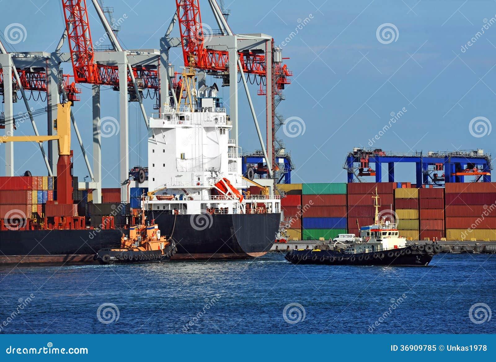 Tugboat pomaga zbiornika ładunku statek