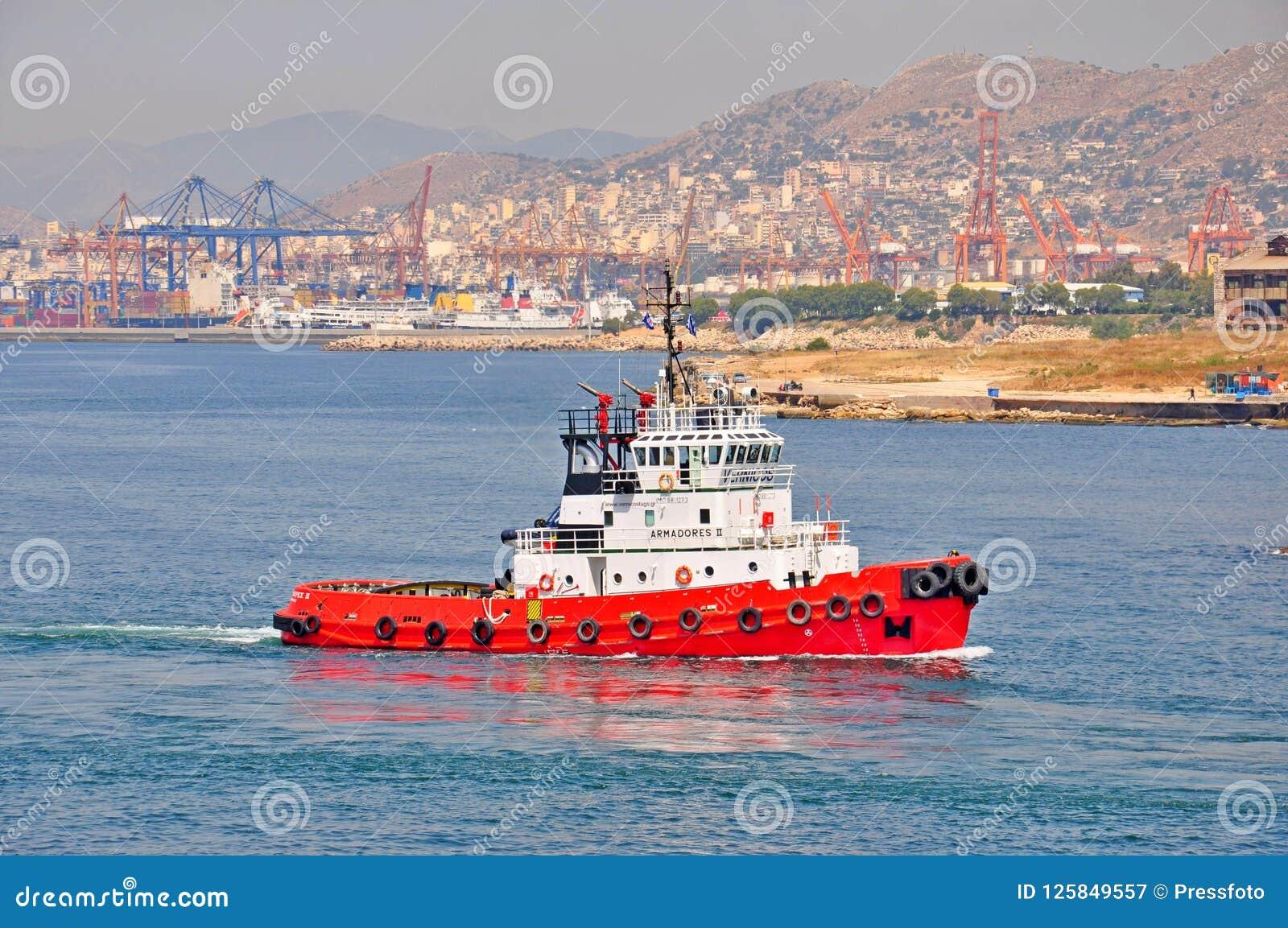 Tugboat w porcie Piraeus, Grecja