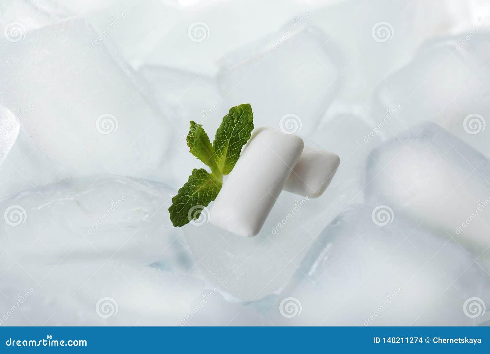 Tuggummin och mintkaramell på iskuber