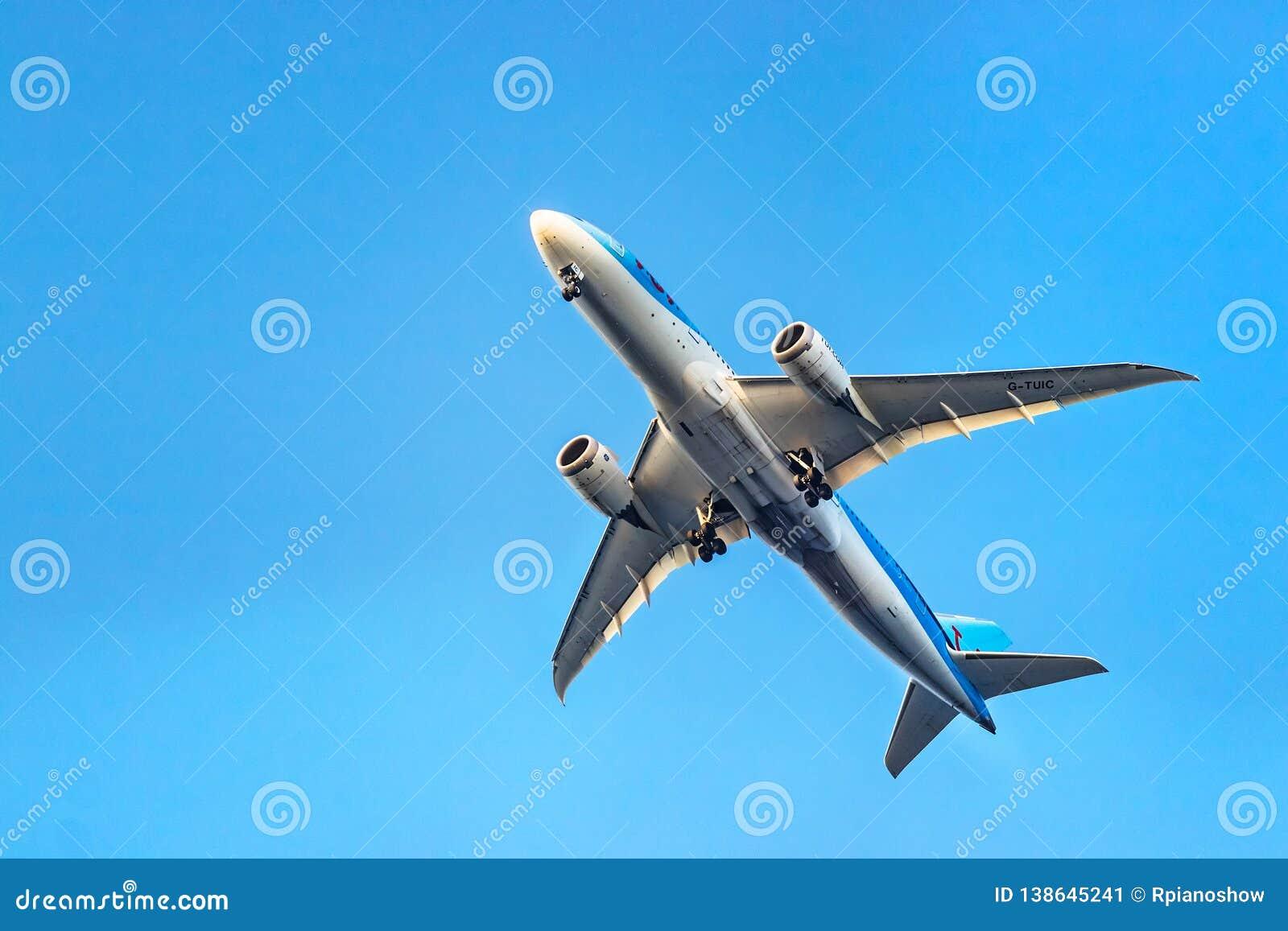 TUI Airways Boeing 787-8 Dreamliner décollant au-dessous de la vue chez Rhodes, Grèce