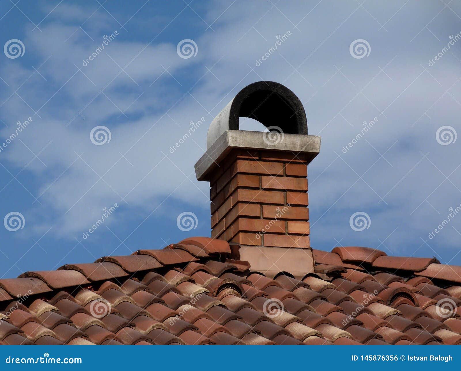 Conduit De Cheminee En Brique Rouge tuiles de toit d'argile de terre cuite et cheminée de brique