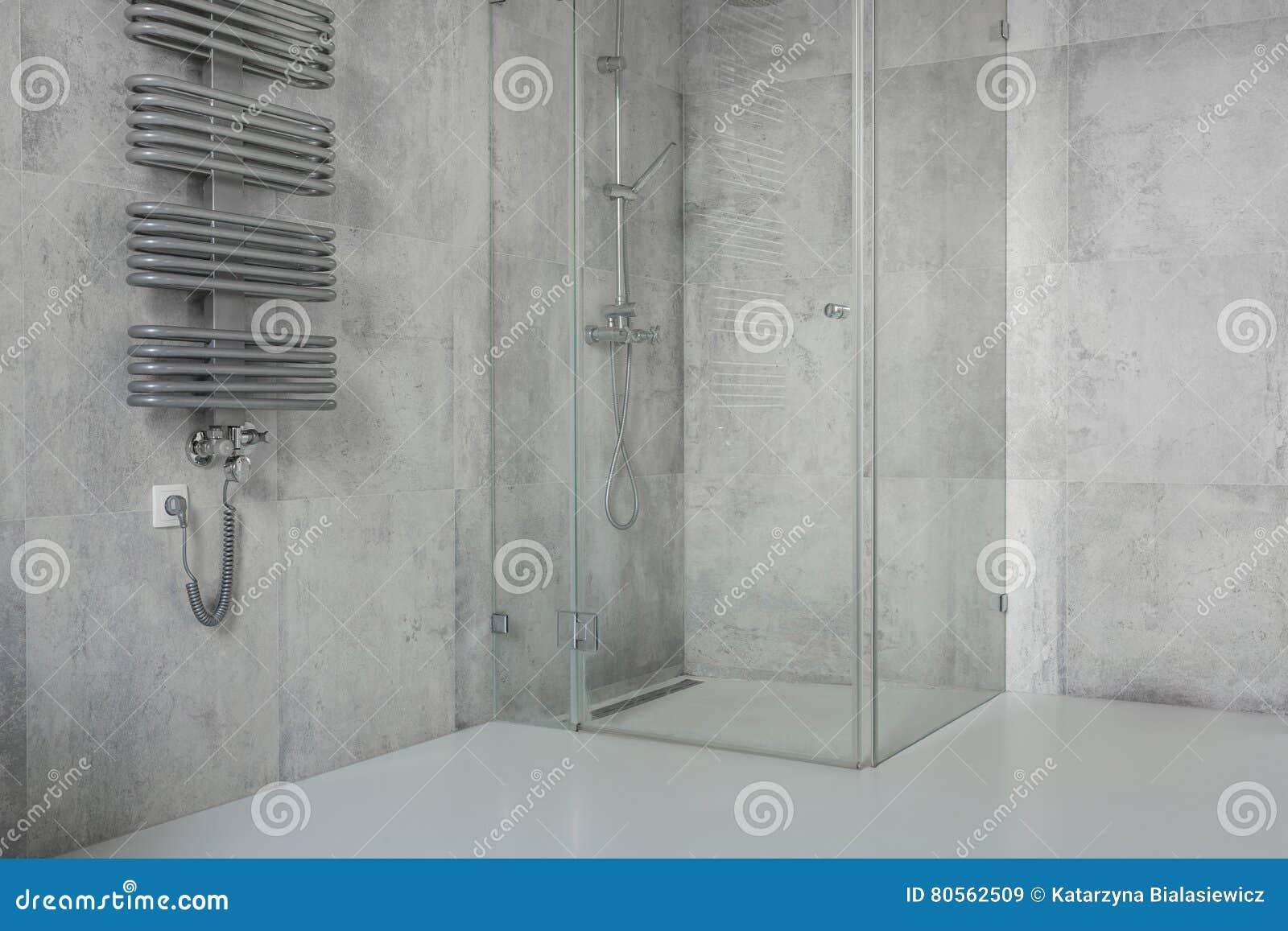 Tuiles en béton dans la salle de bains moderne et spacieuse