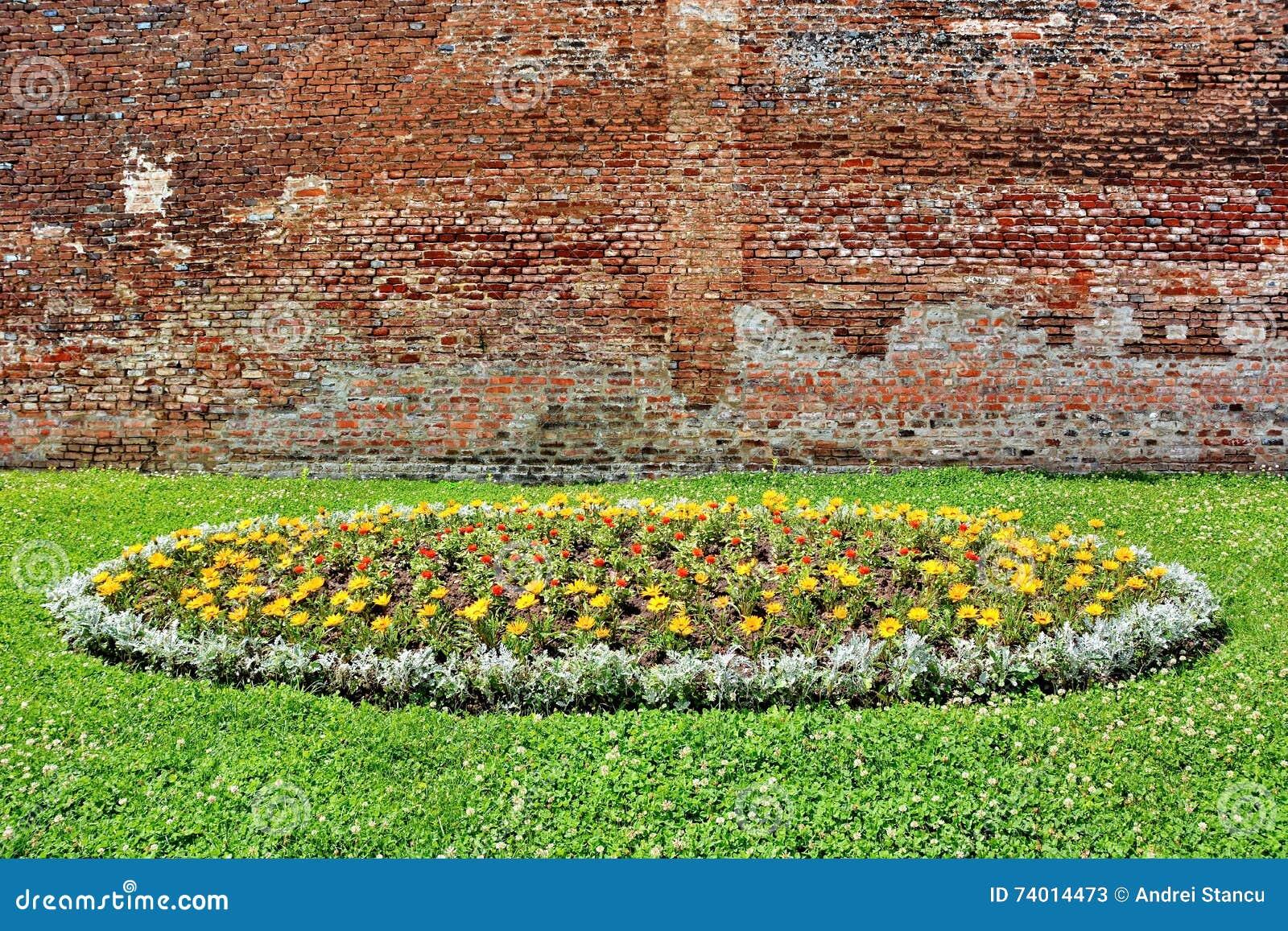 Bakstenen Muur Tuin : Tuin en bakstenen muur stock afbeelding. afbeelding bestaande uit