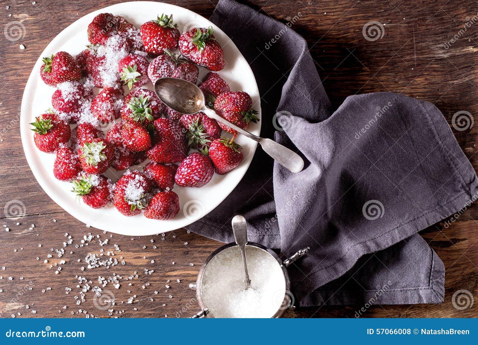 Tuinaardbeien met suiker en room