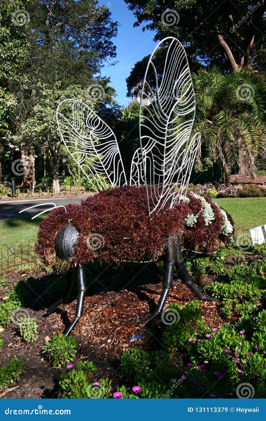 Tuinbouwkunst van bij met bruine vegetatie die staalkader in Koninklijke Botanische Tuin in Sydney, Australië bekleden