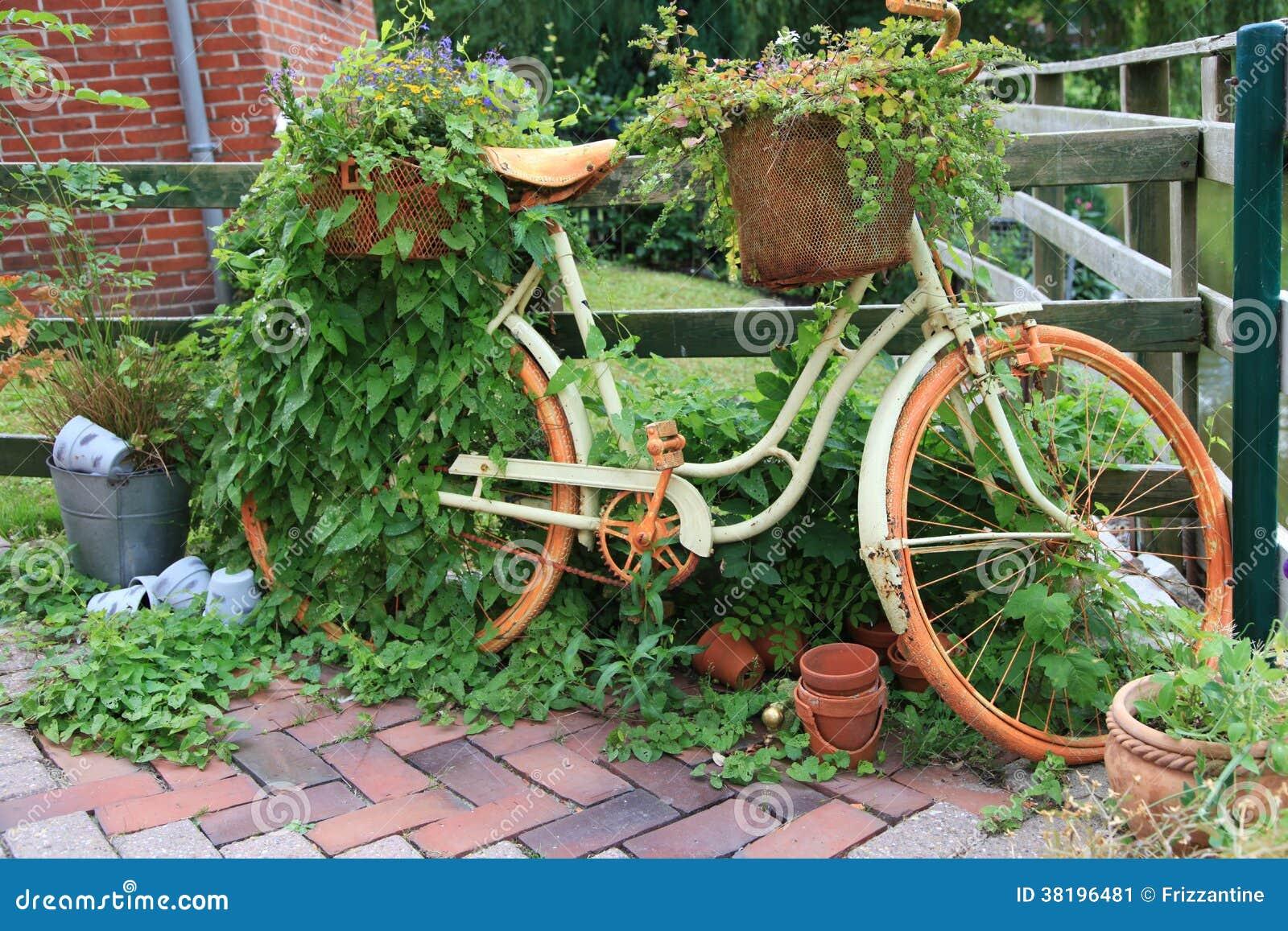 tuindecoratie met een oude fiets stock afbeelding afbeelding bestaande uit close groen 38196481. Black Bedroom Furniture Sets. Home Design Ideas