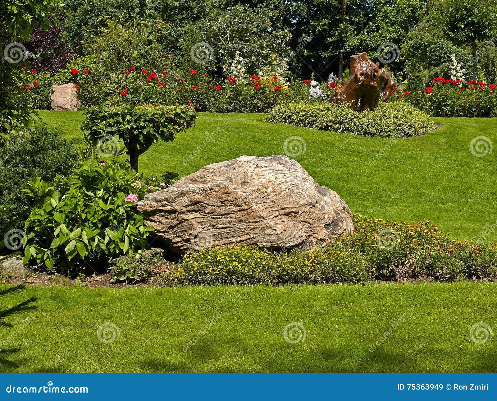 Tuindecoratie van steen in een tuin wordt gemaakt die stock