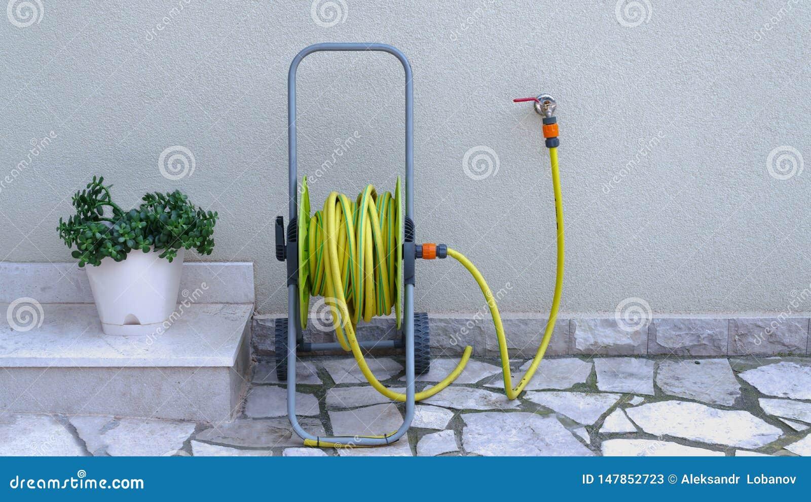Tuinslang voor irrigatie dichtbij de huismuur