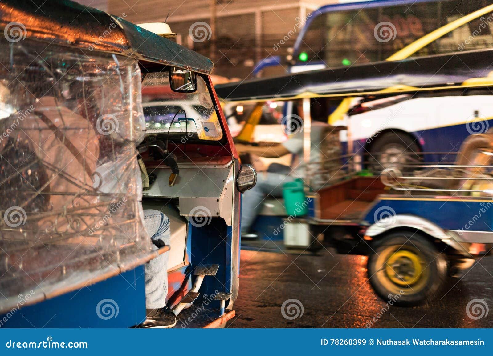 Tuk - tuk στην οδό τη νύχτα