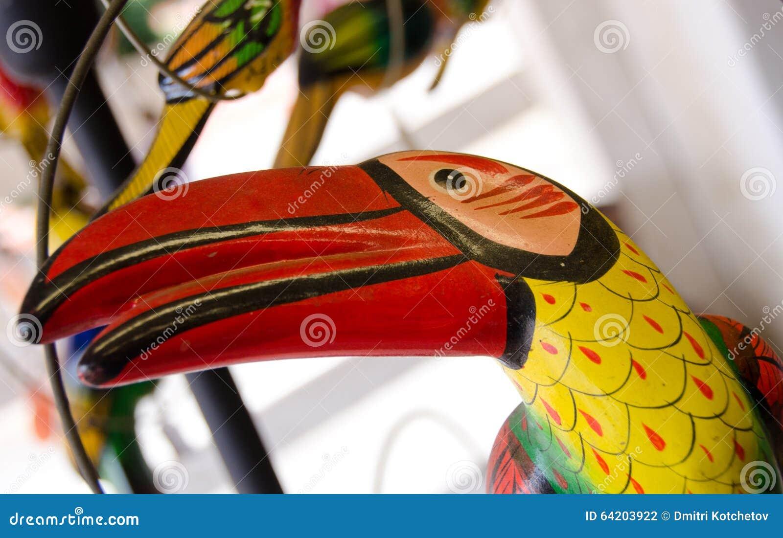 Tukan de cerámica en un estante en el mercado en ciudad vieja