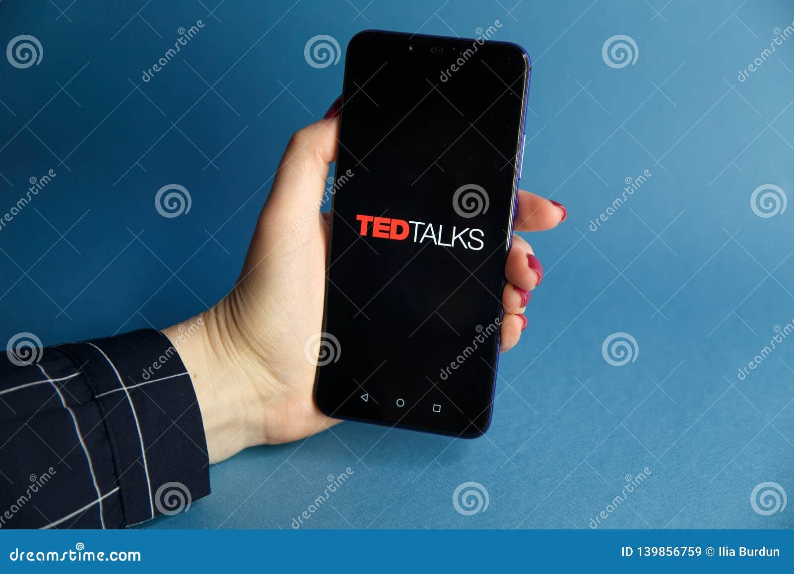 Tula, Rusland - JANUARI 29, 2019: TED Talks- getoond embleem