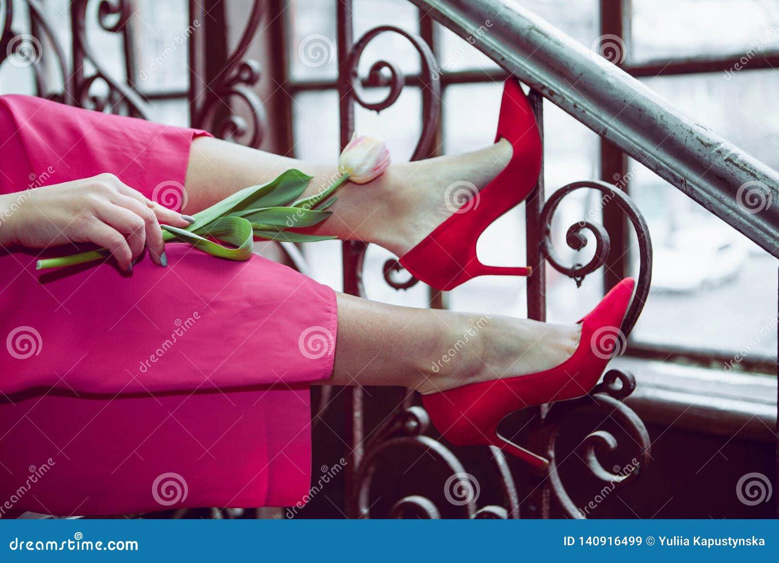 Tulipán en las piernas de una chica joven