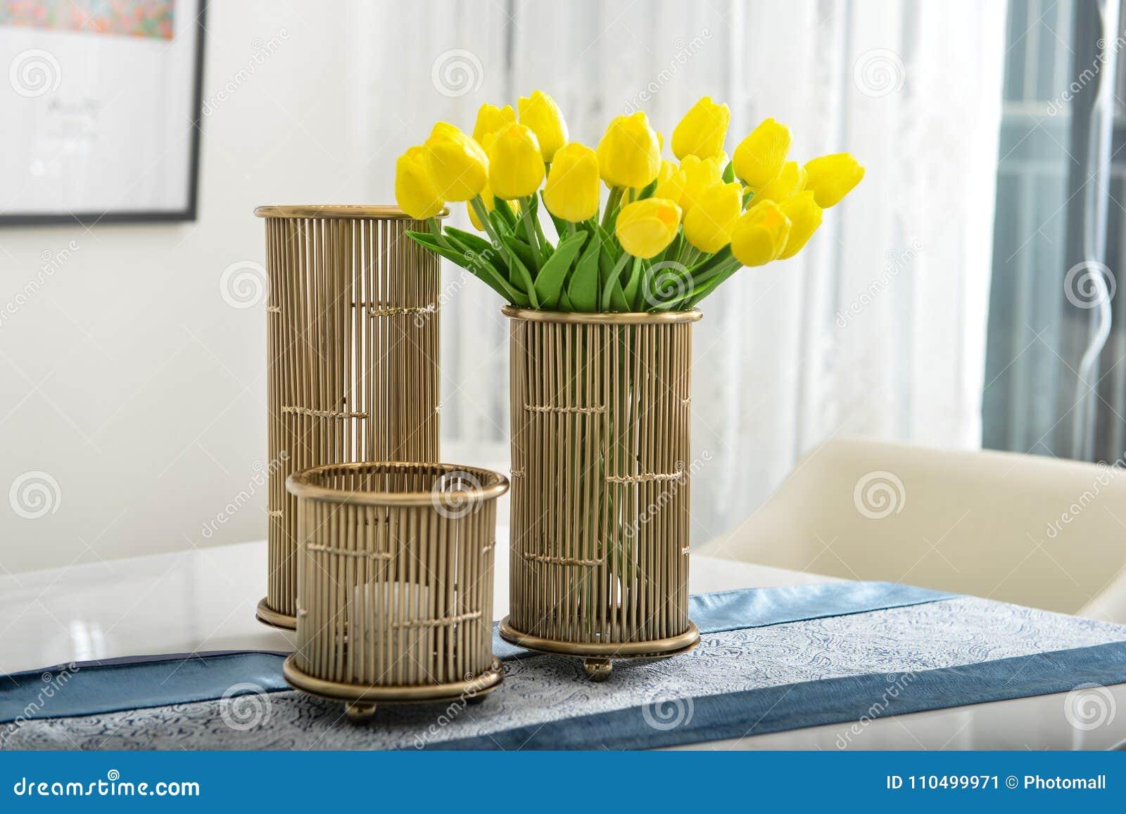 Tulipanes amarillos en el florero de cobre