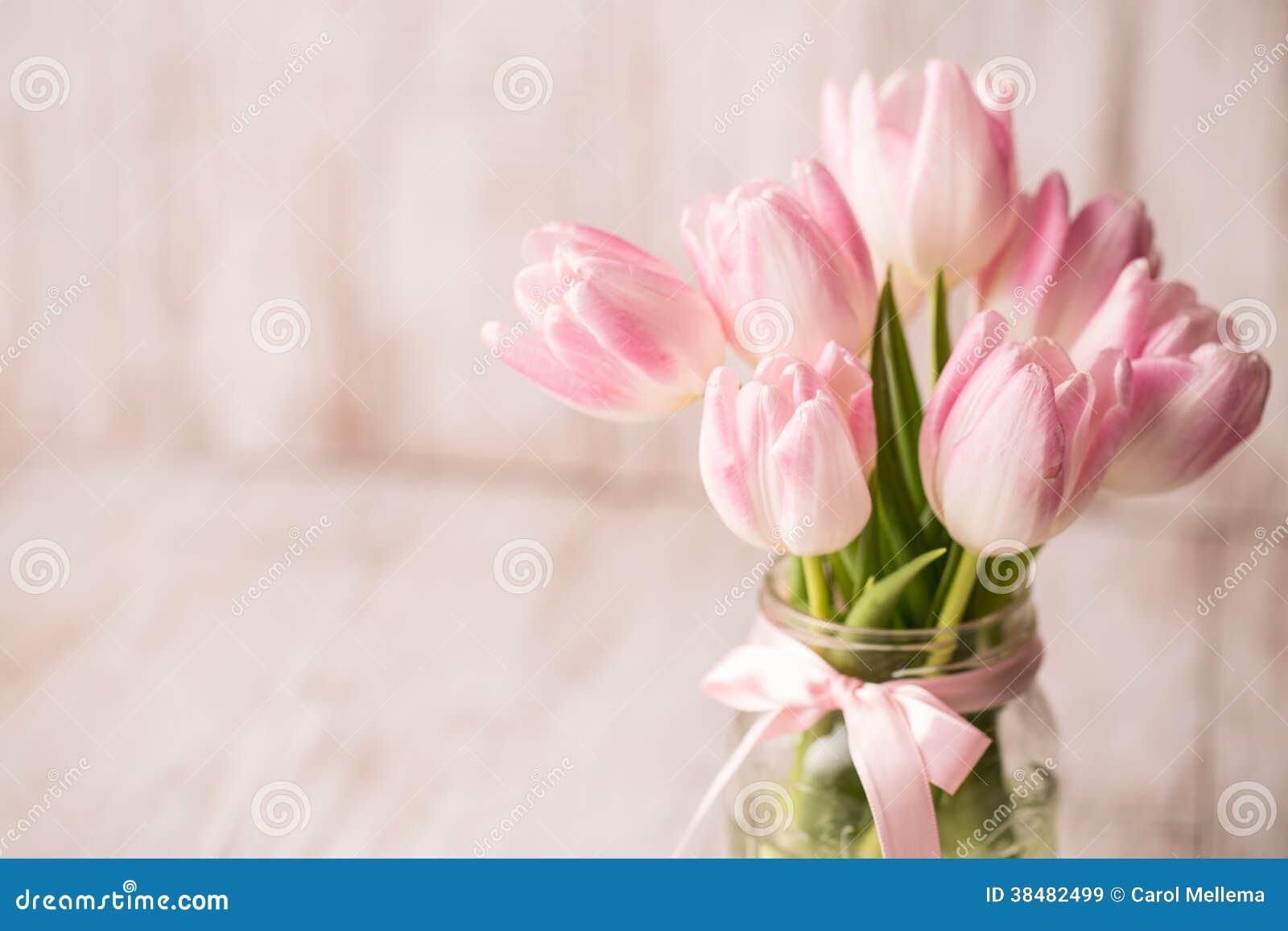 Tulipanes En Colores Pastel Del Rosa Y Blancos En El
