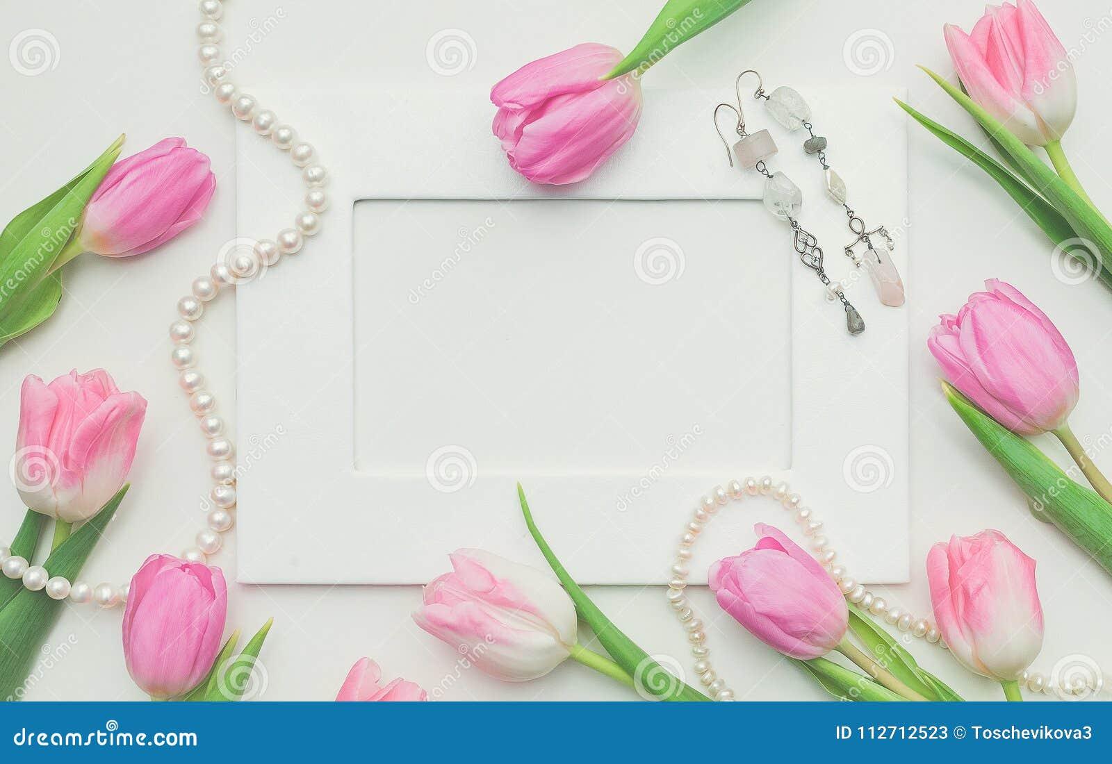 Tulipanes, Marco De La Foto, Pendientes Y Cadena Rosados De Perlas ...