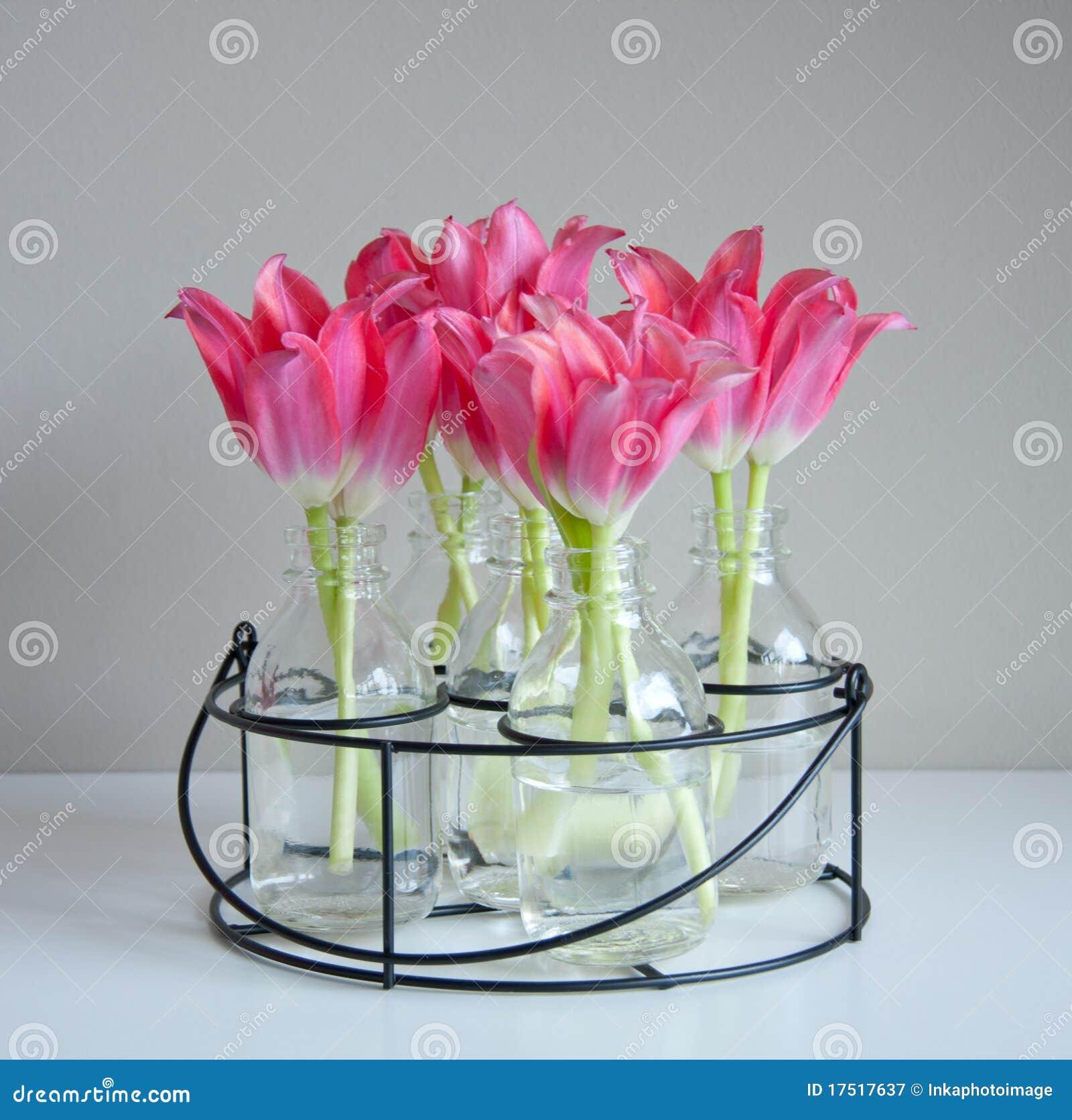 tulipanes rojos en los floreros de cristal fotografa de archivo libre de regalas