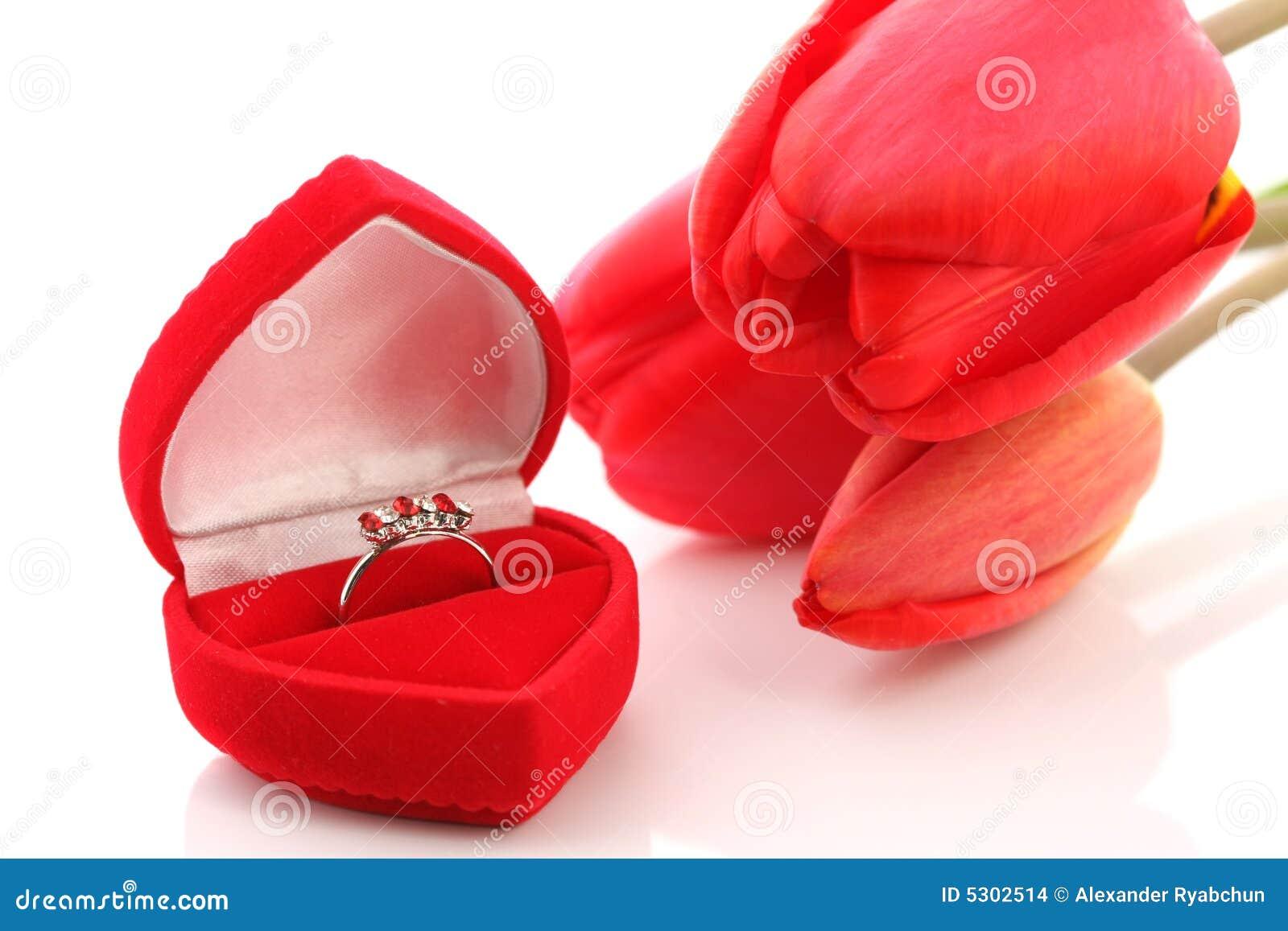 Download Tulipani E Contenitore Di Monili Rossi Con L'anello Fotografia Stock - Immagine di gioiello, passione: 5302514