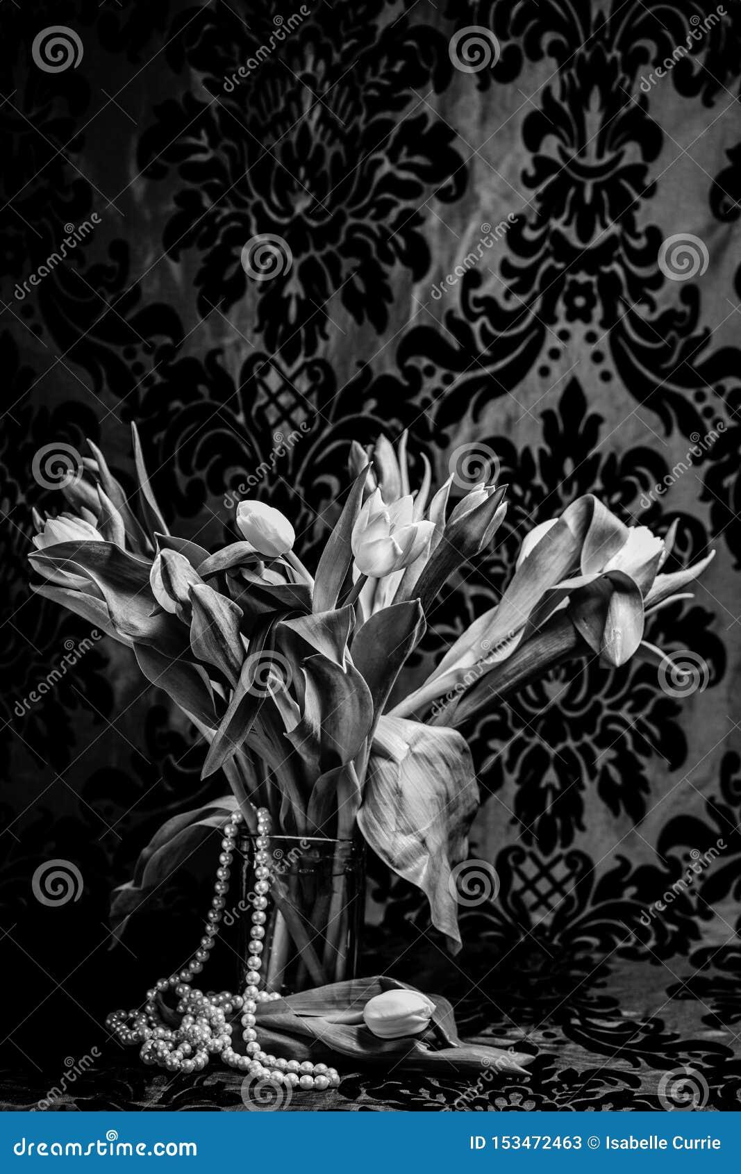 Tulipany w wazie z perłami