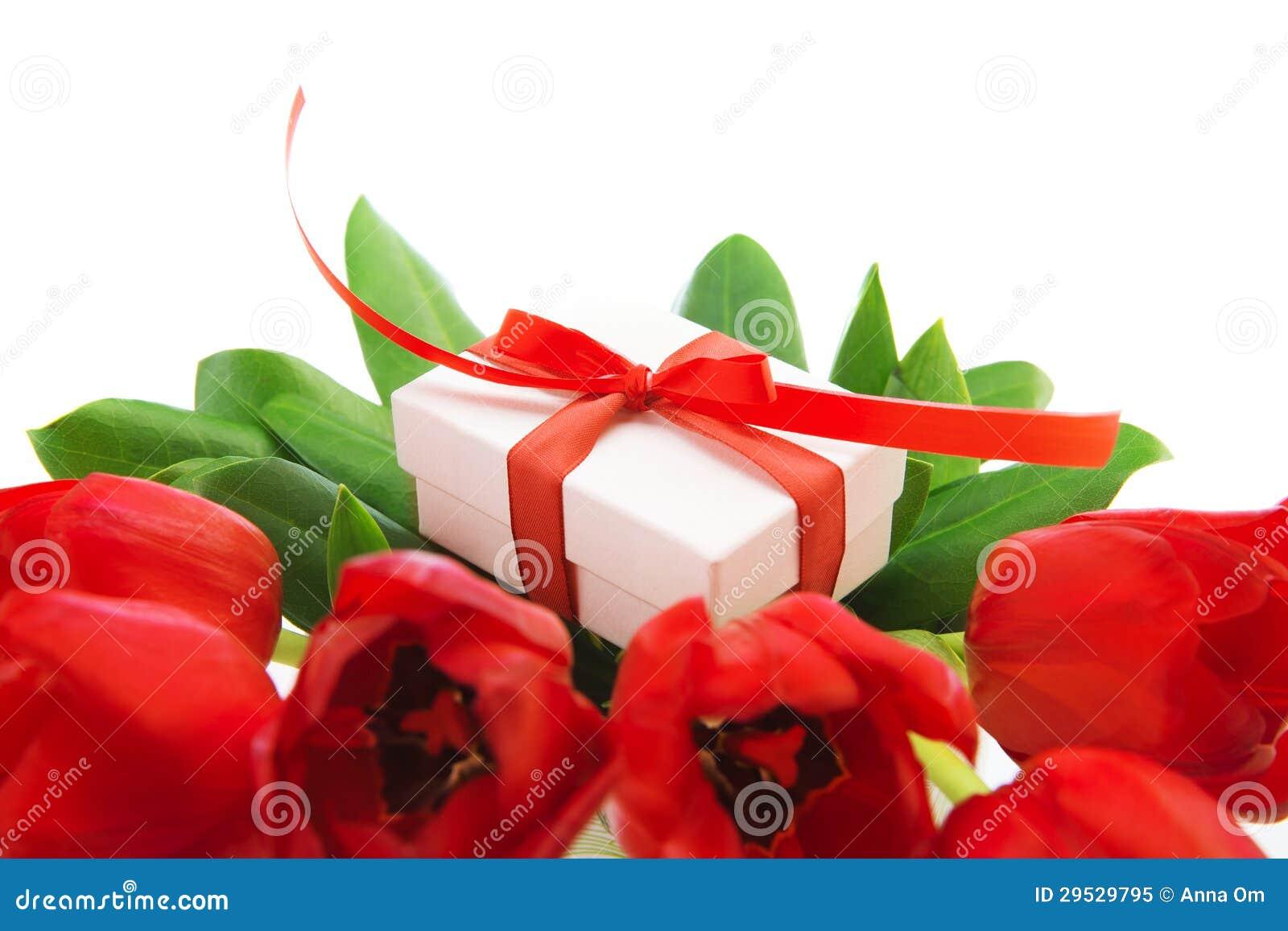 Tulipas vermelhas e caixa de presente branca