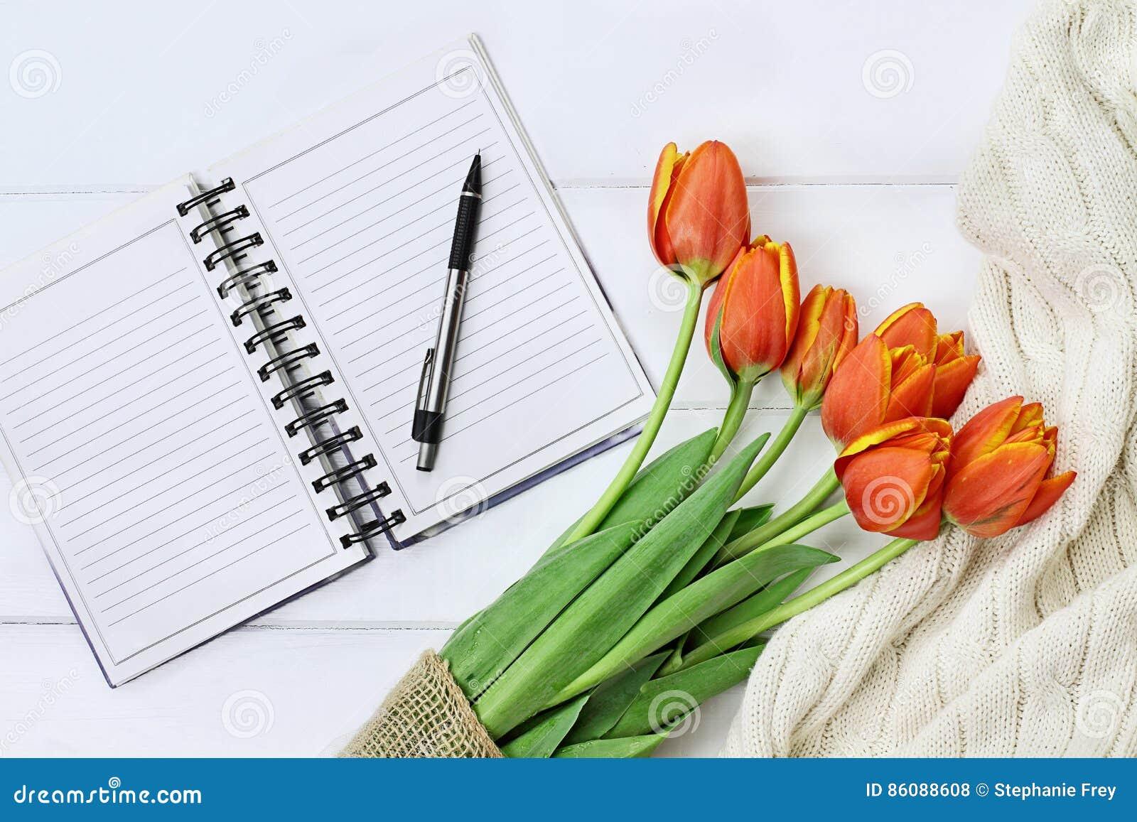 Tulipes et livre ouvert