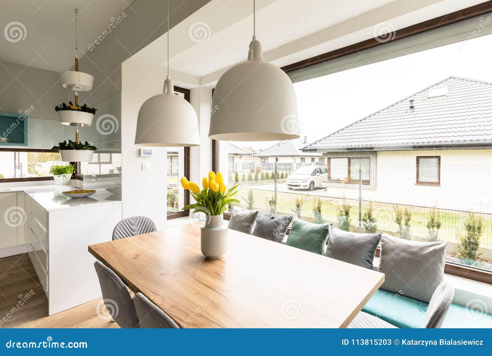 Tulipes jaunes dans l intérieur de maison