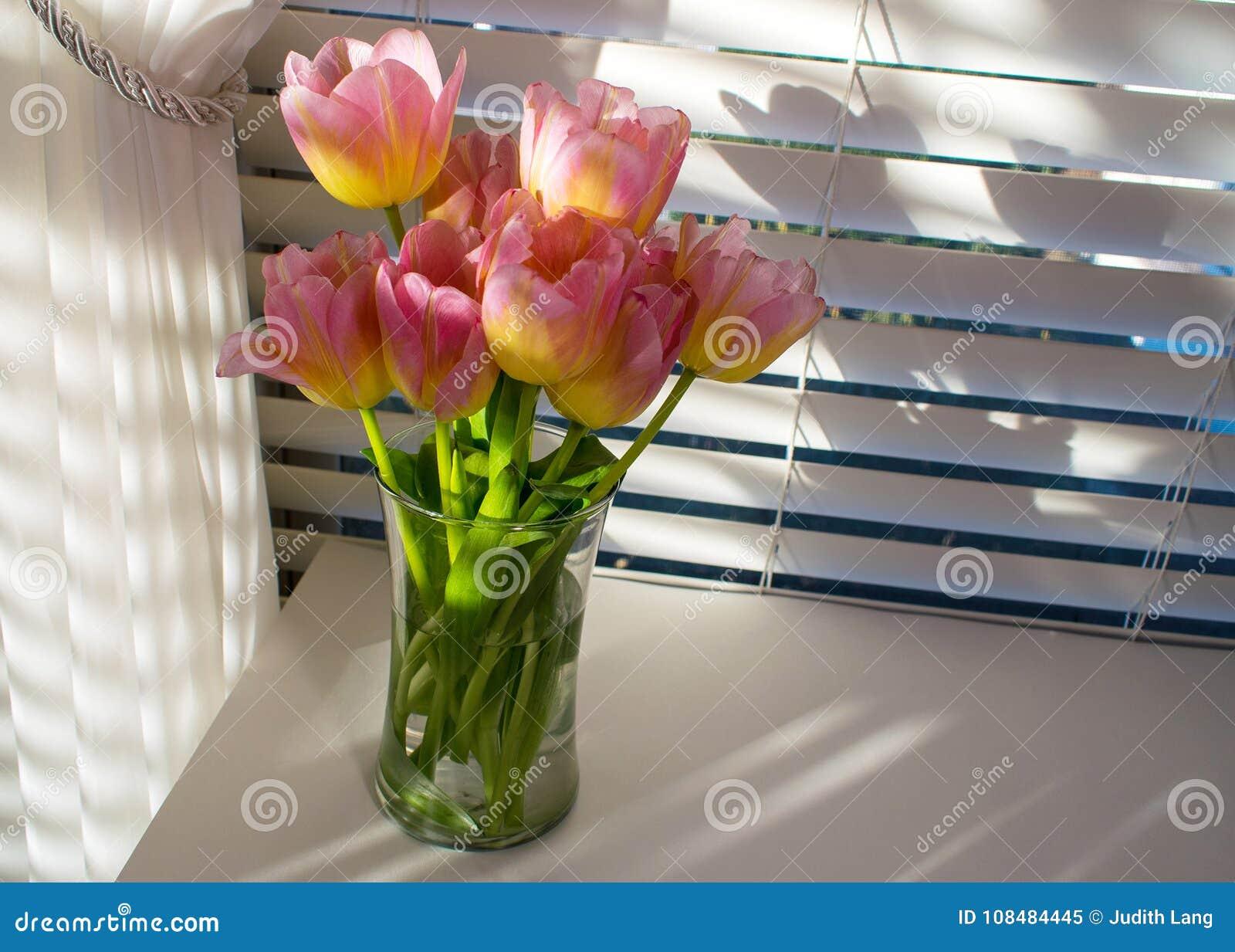 Abat Jour Tulipe Tissu tulipes roses devant la fenêtre avec les abat-jour et le