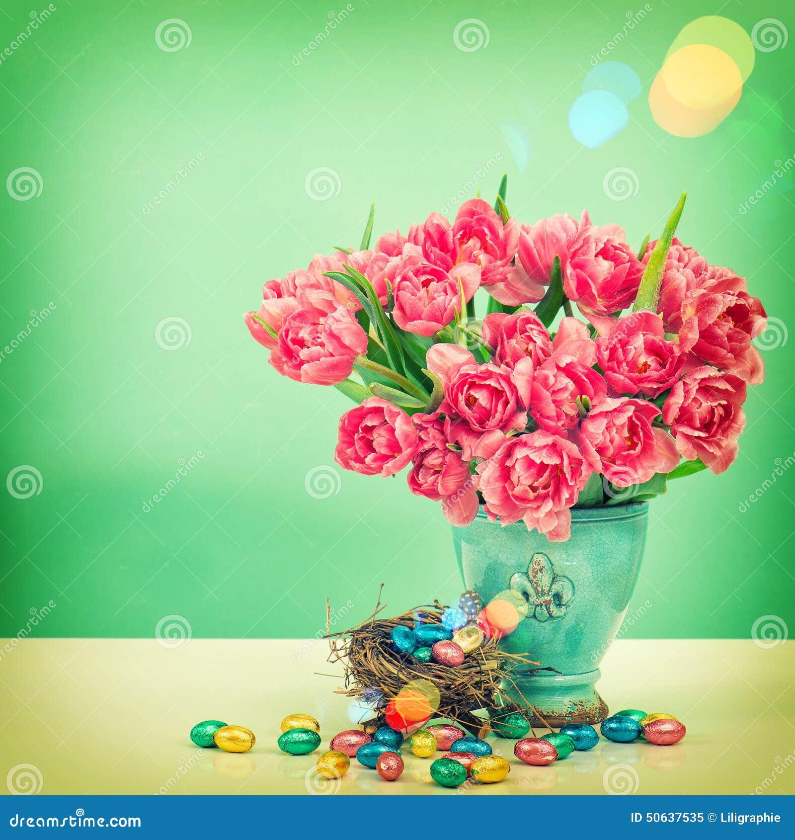 Tulpenbloemen en chocoladepaaseieren Uitstekende stijl gestemde pic