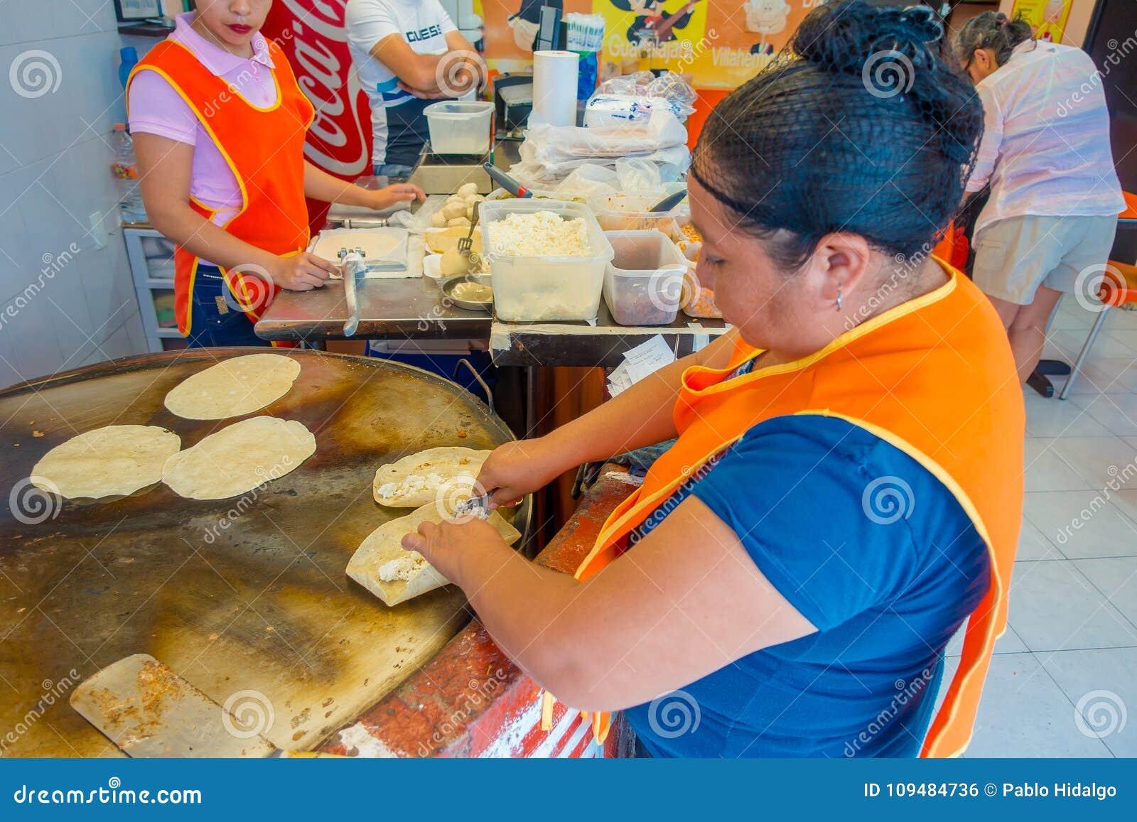 TULUM, MÉXICO - 10 DE JANEIRO DE 2018: Trabalhador de mulher não identificado que faz tortilhas de milho em México