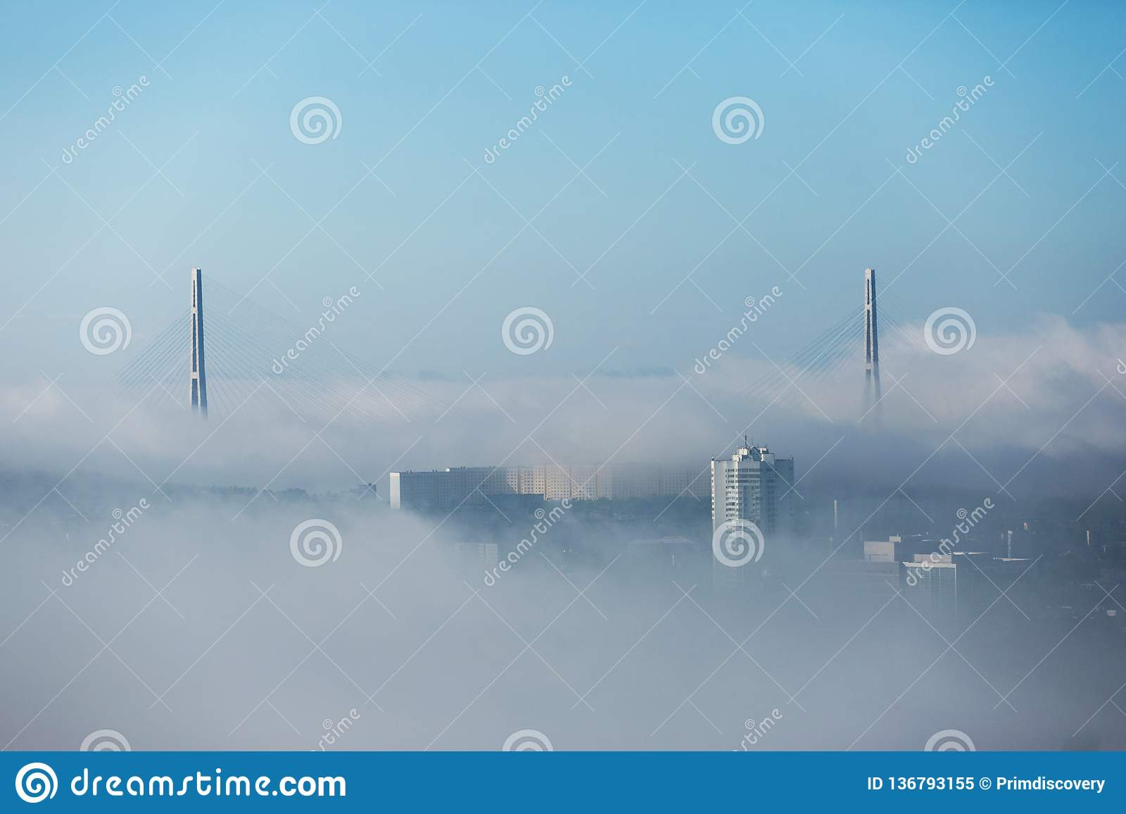 Tuman在符拉迪沃斯托克  在雾掩藏的俄国和金黄桥梁的定向塔